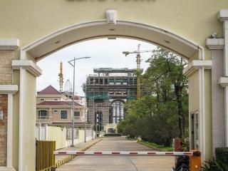 Un Arc de Triomphe est en construction dans le quartier Elite Town de Diamond Island à Phnom Penh