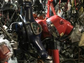 Un espace du Marché russe de Phnom Penh est consacré aux pièces détachées de scooter