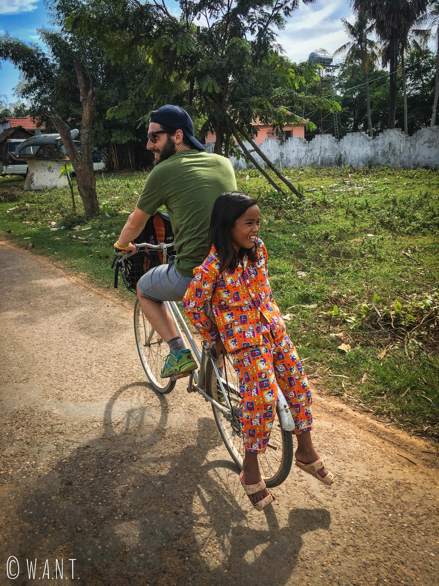 Une des fillette s'est accrochée au porte-bagage du vélo de Xavier à Kampi