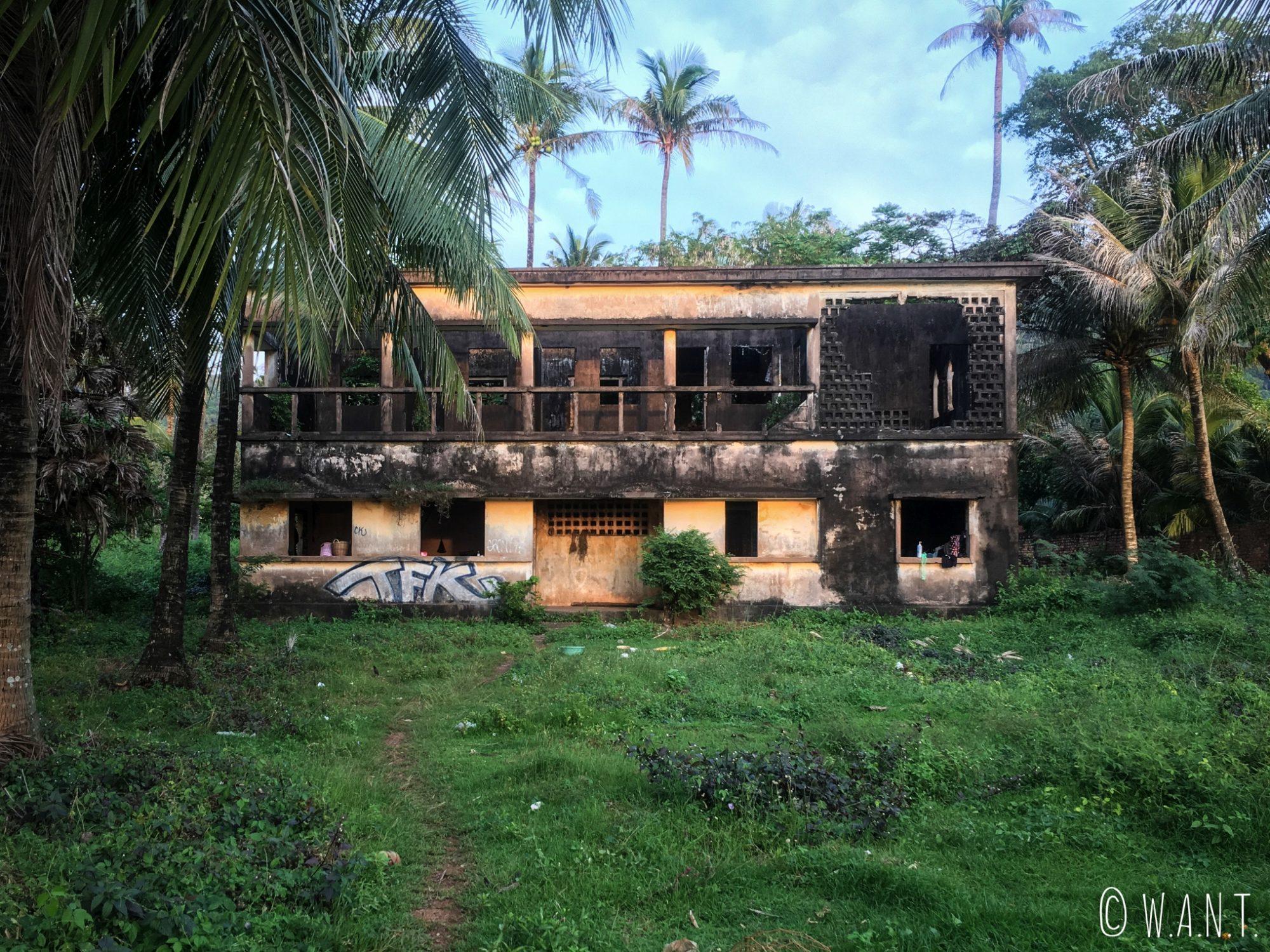 Villa abandonnée dans les rues de Kep