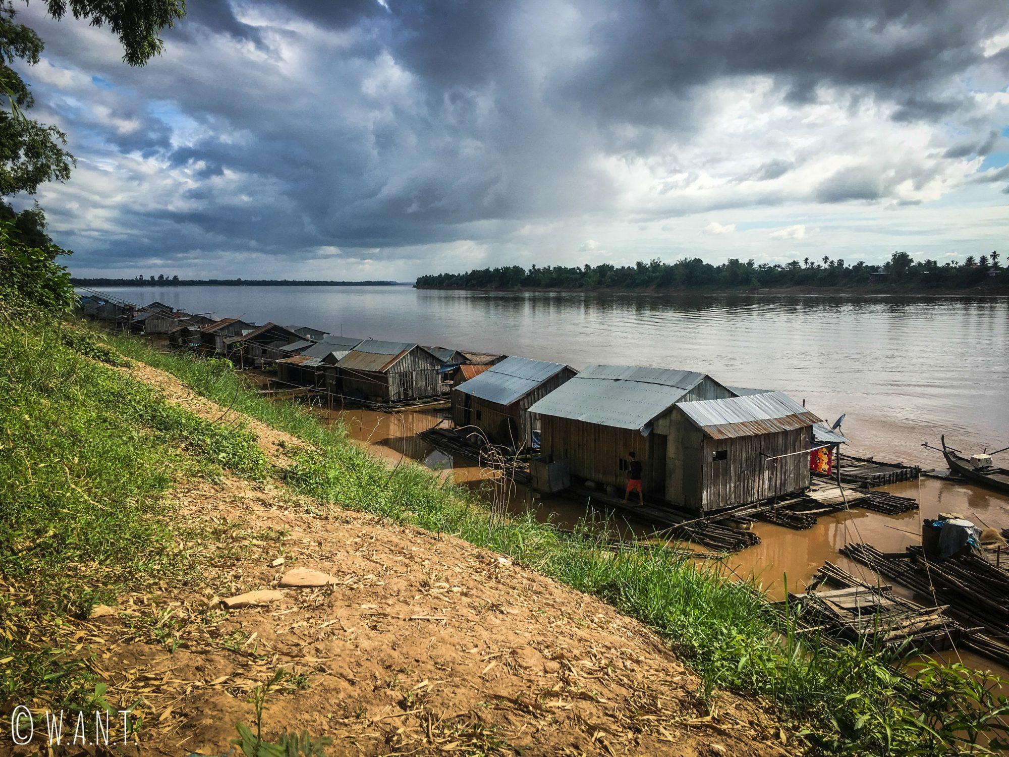 Village flottant sur l'île de Koh Trong