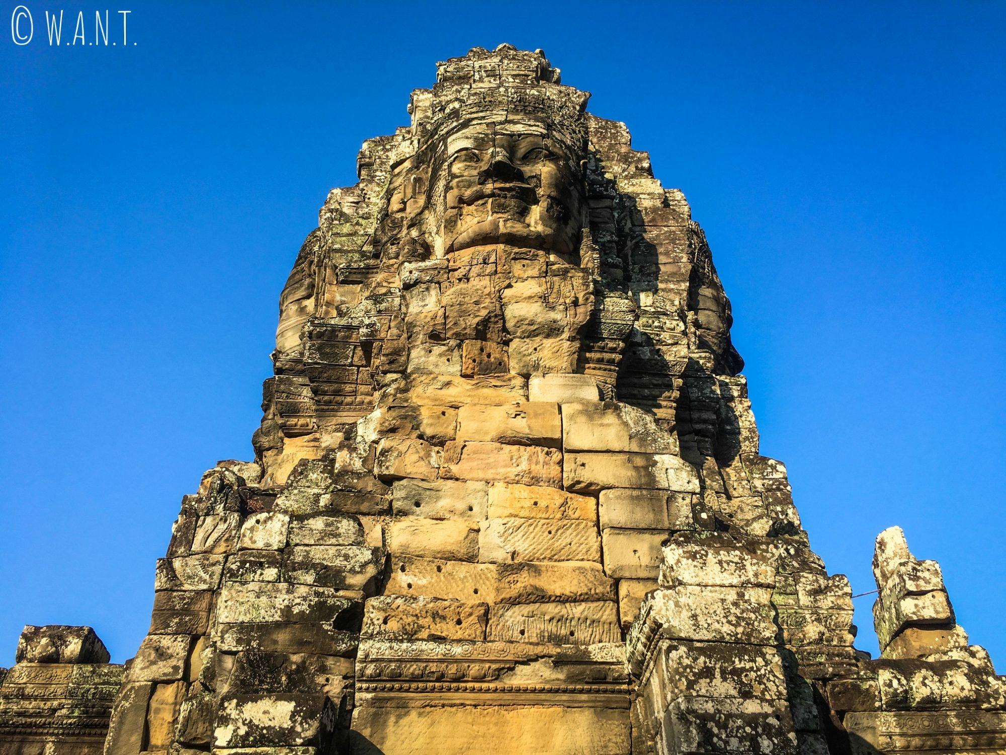 Vue en contre-plongée au temple Bayon à Angkor Thom