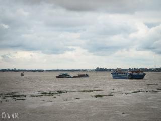 Vue sur le Mékong depuis le quai Sisowath à Phnom Penh