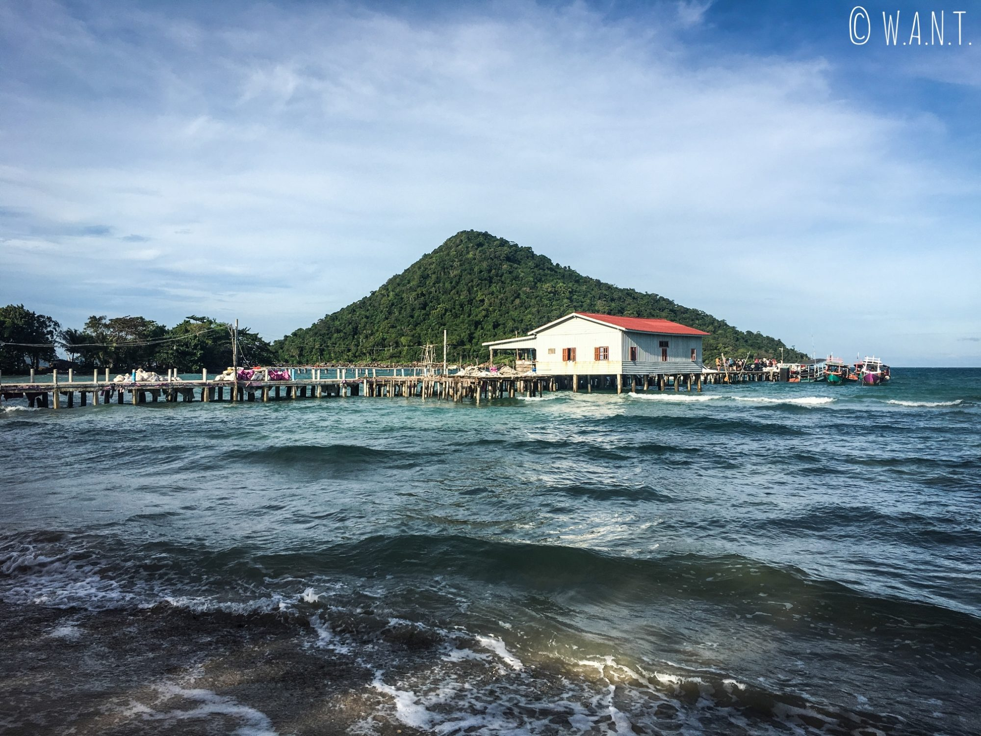 Vue sur le ponton de M'Pai Bay sur l'île de Koh Rong Sanloem
