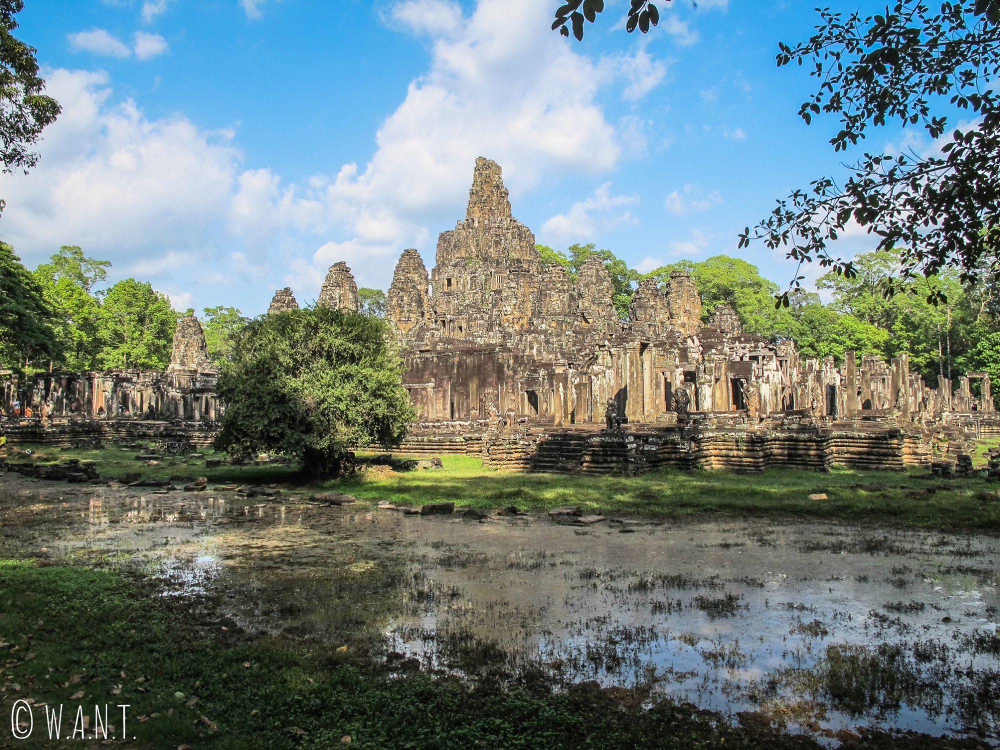 Vue sur le temple Bayon à Angkor
