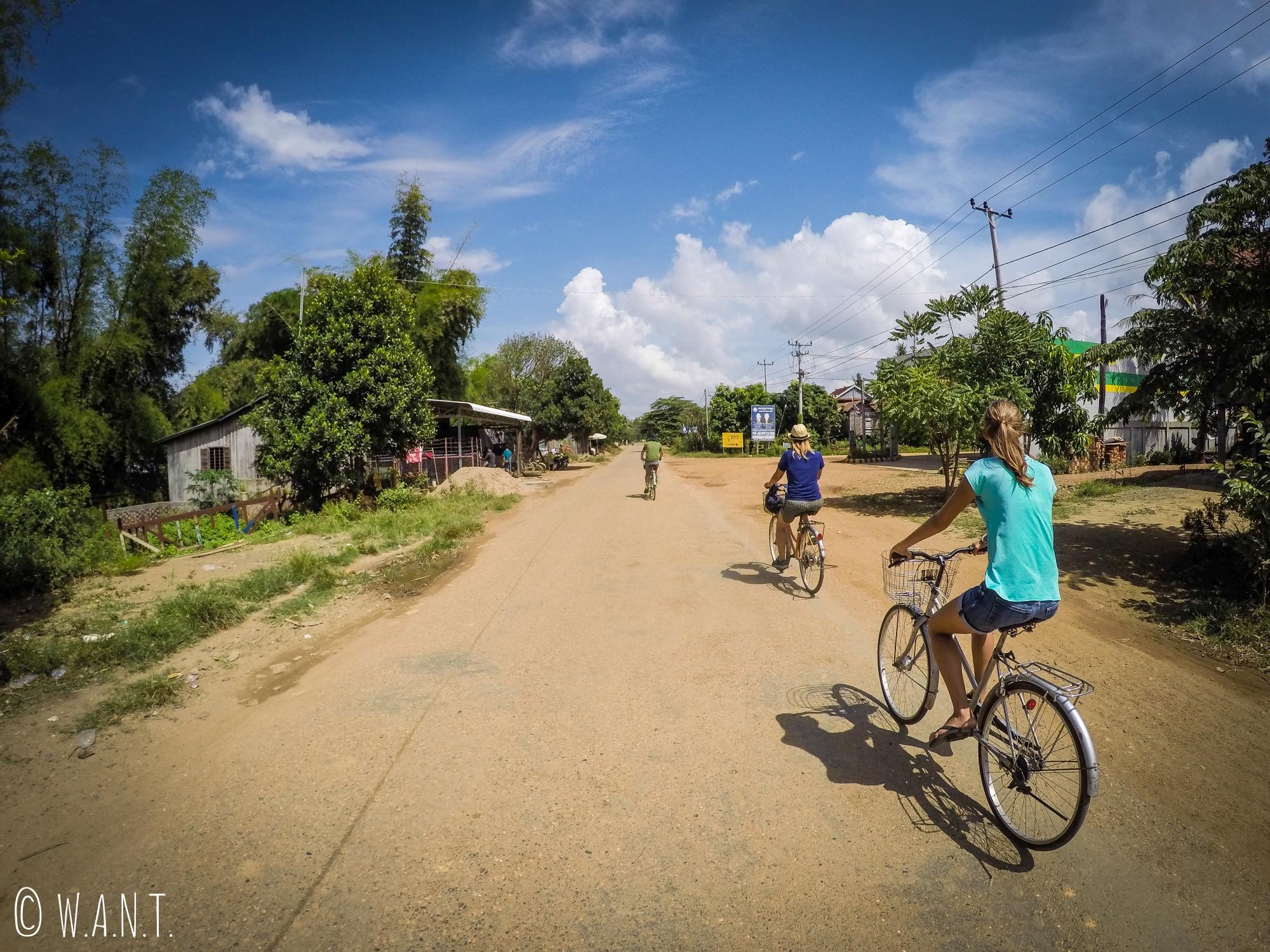 Xavier, Maëlle et Marion en route pour le village de Kampi