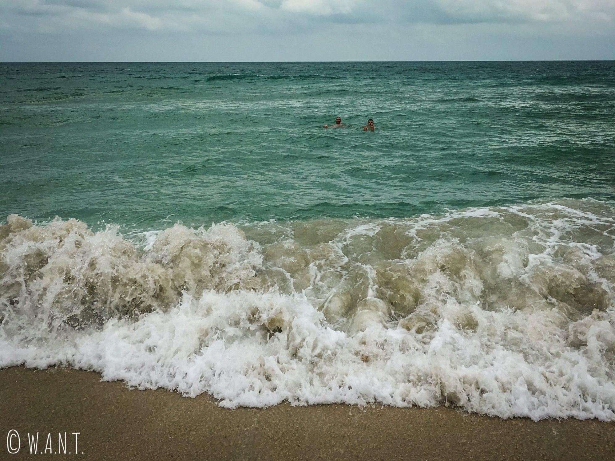 Baignade sur la plage de Chaweng à Koh Samui