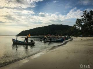 Bateaux de pêche sur la plage de Lipa Noi à Koh Samui