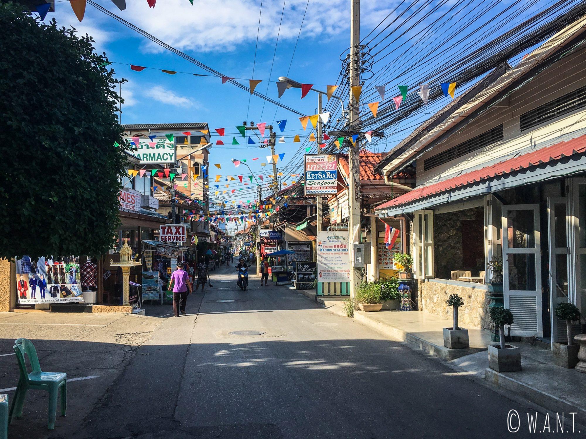 Charmante rue de la ville de Hua Hin