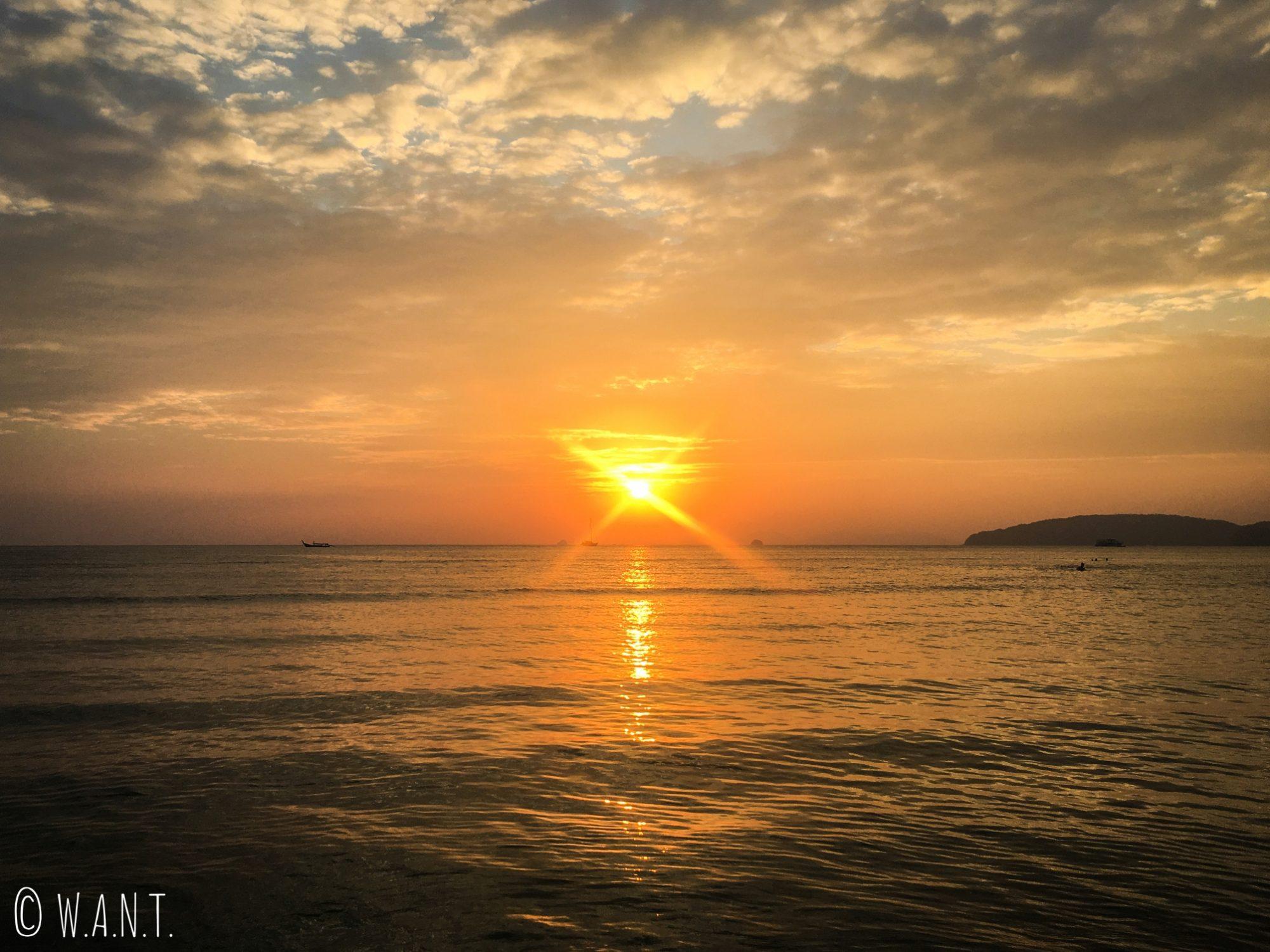 Coucher de soleil depuis la plage de Ao Nang dans la province de Krabi