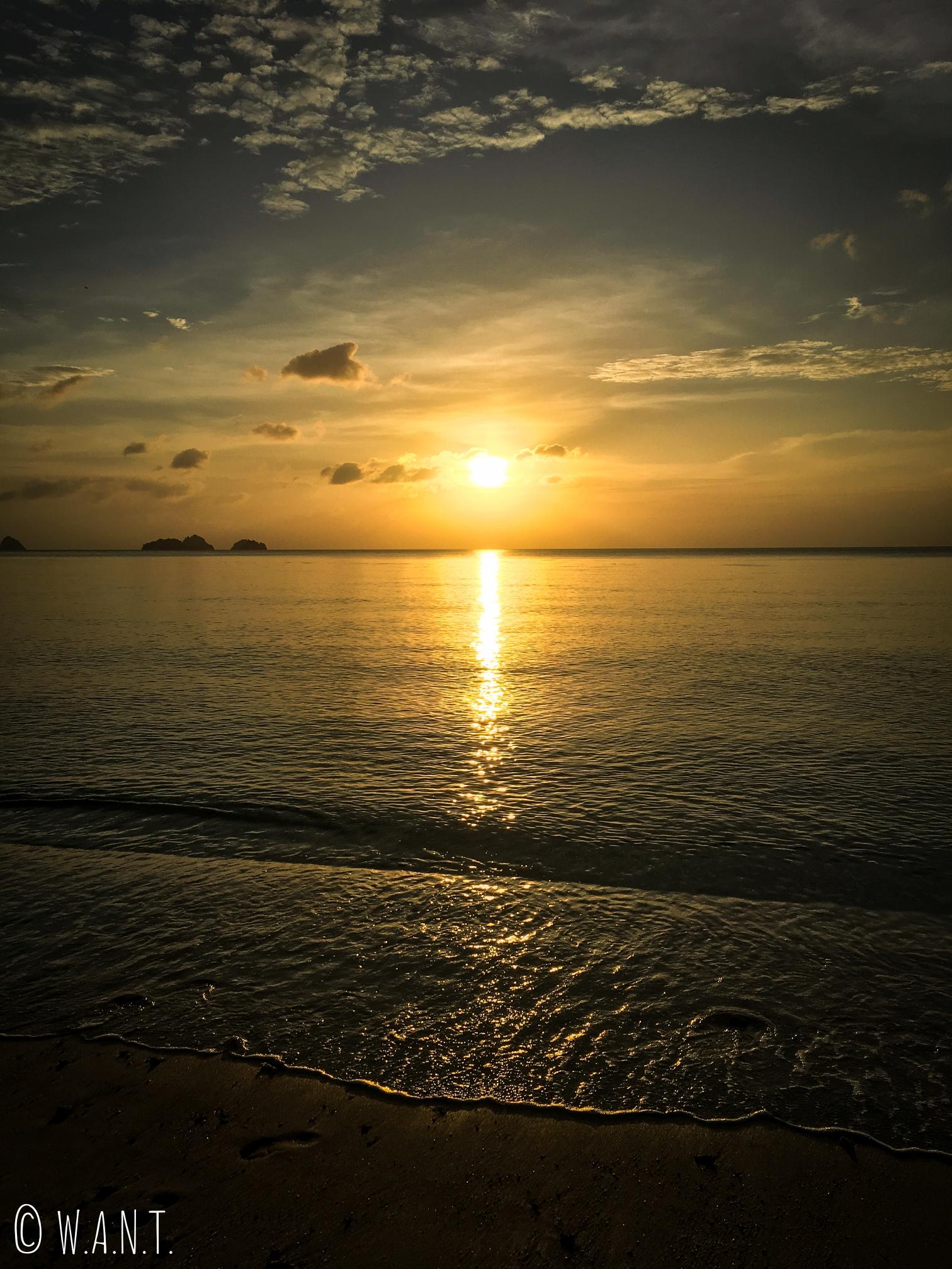 Coucher de soleil sur la plage de I-Talay à Koh Samui