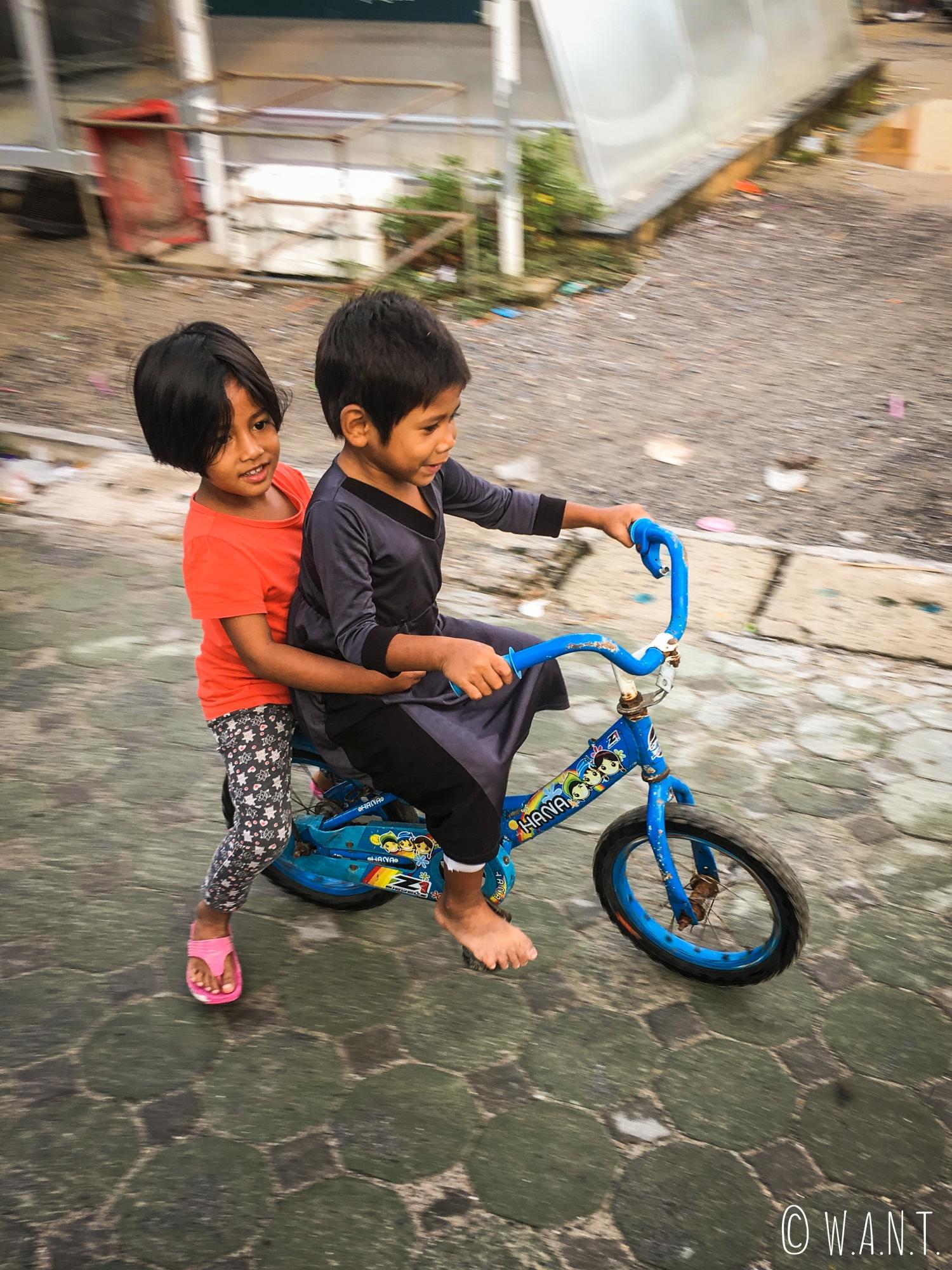 Enfants sur un vélo au village musulman de Koh Samui