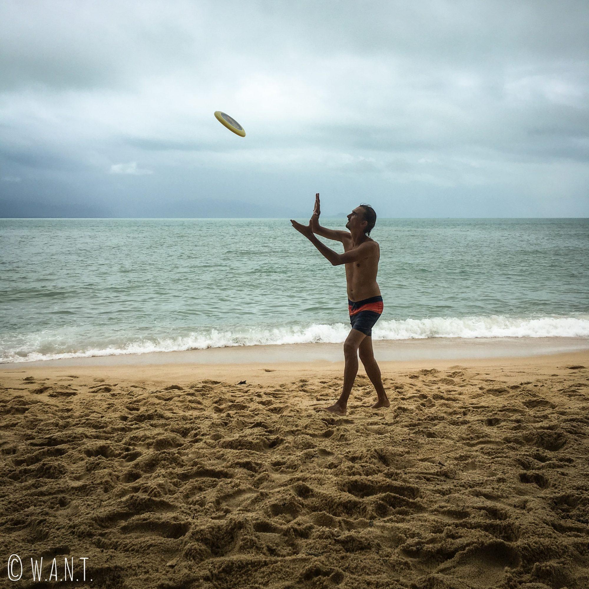 Frisbee sur la plage de Maenam à Koh Samui