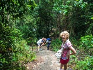 Il faut parfois s'aider de cordes pour accéder aux cascades de Namuang à Koh Samui