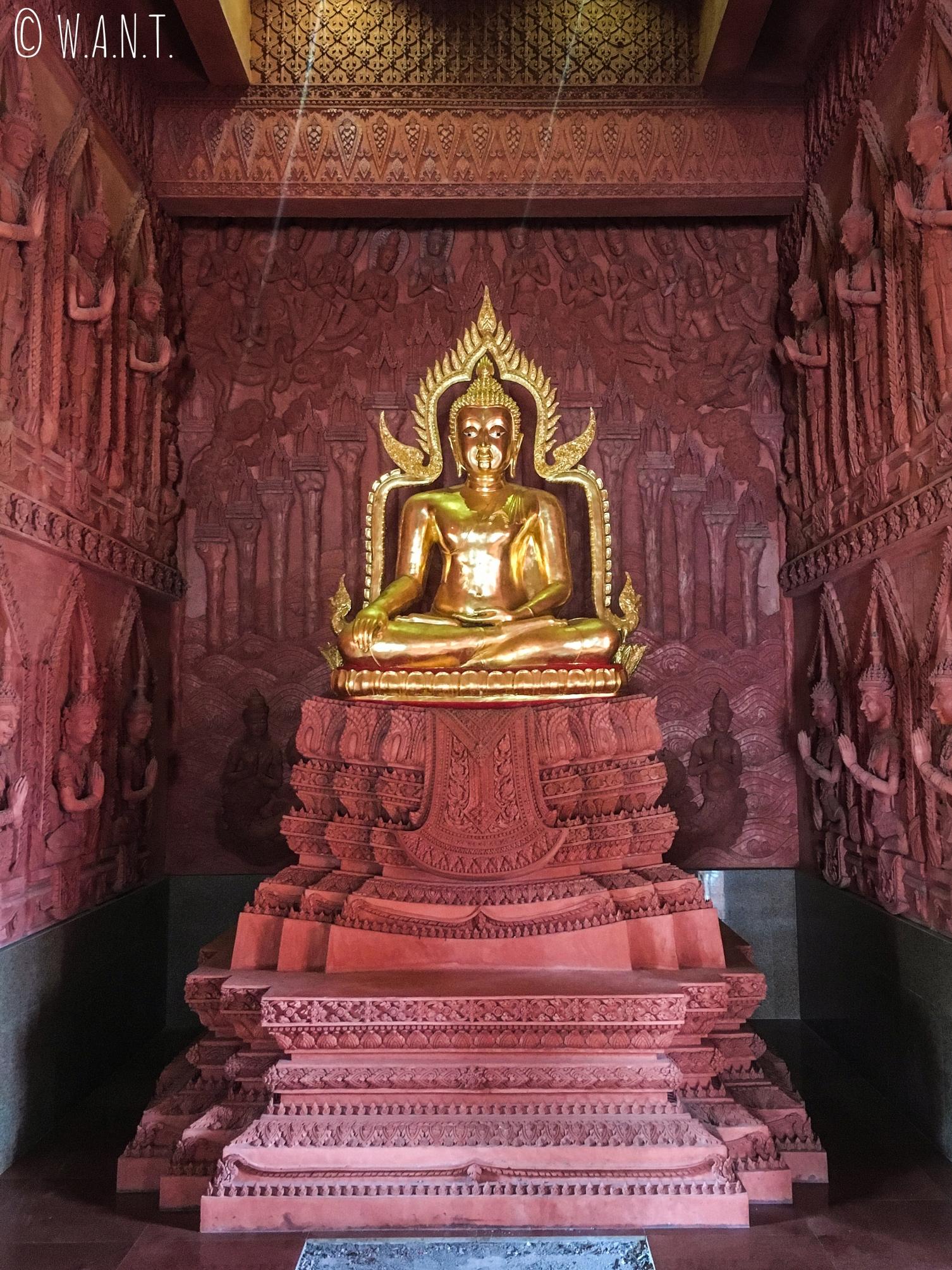 Intérieur du Wat Sila Ngu sur l'île de Koh Samui