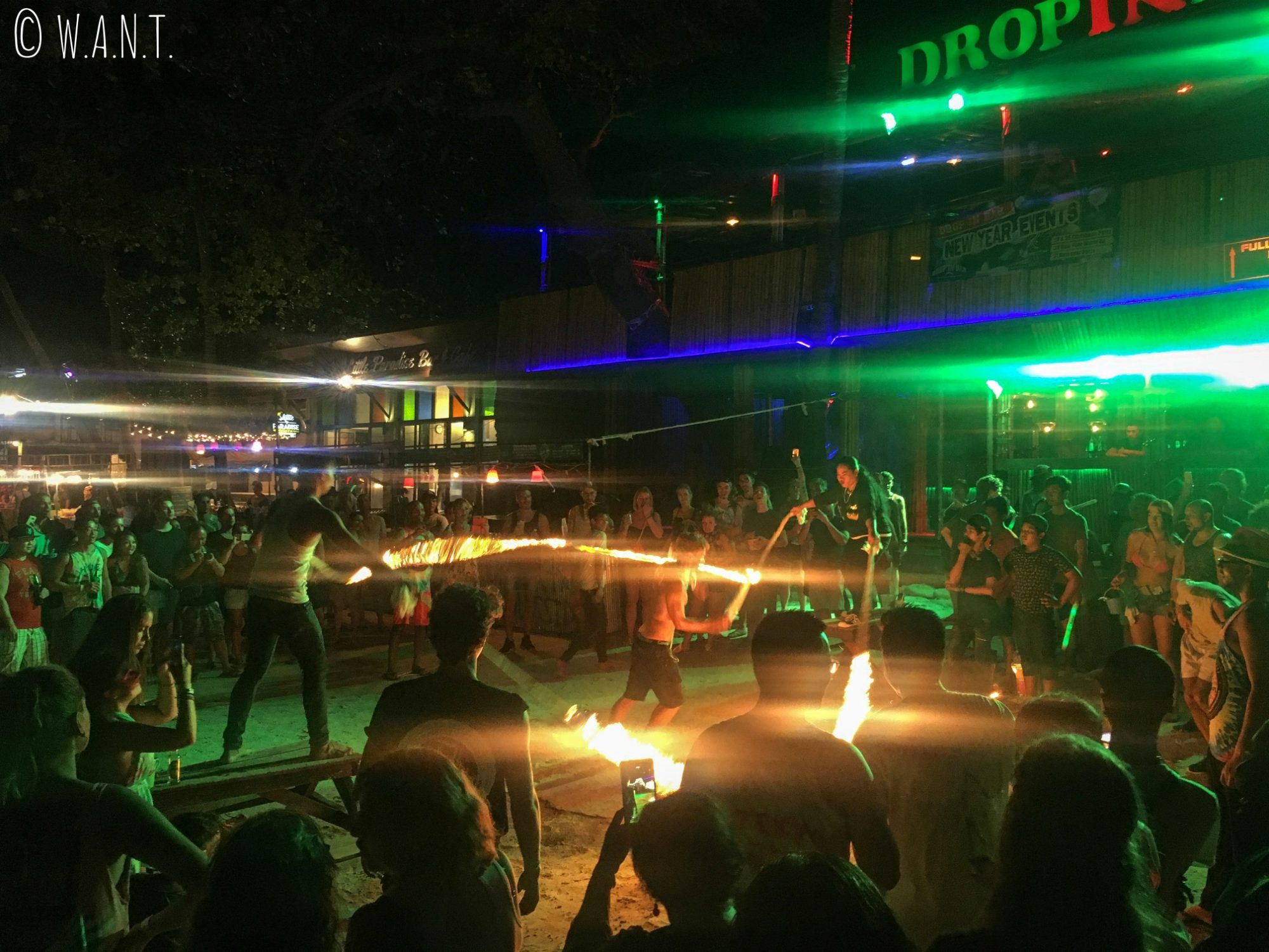 Jeu avec le feu à la Full Moon Party de Koh Phangan