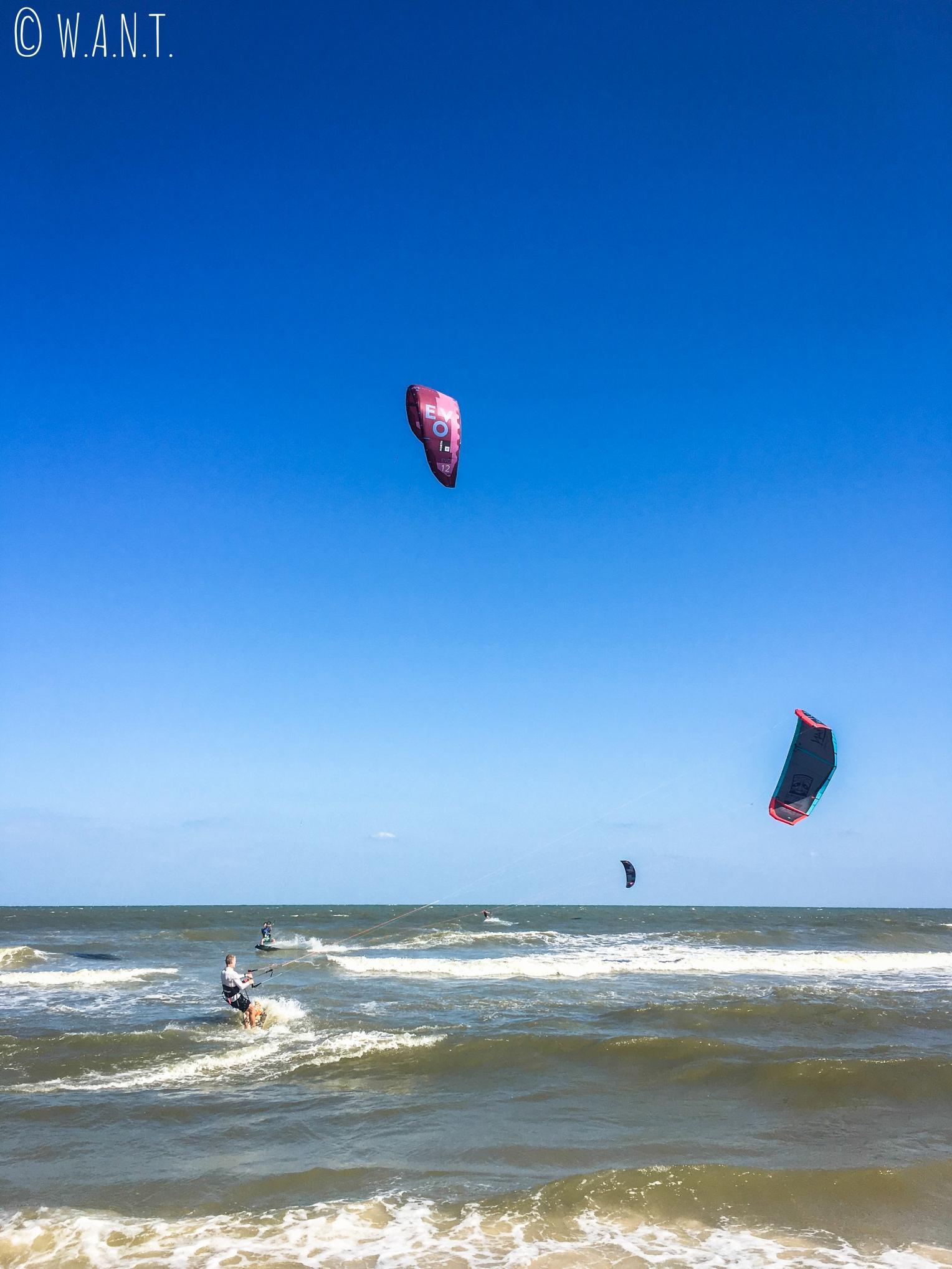 Kitesurfers sur la plage de Hua Hin