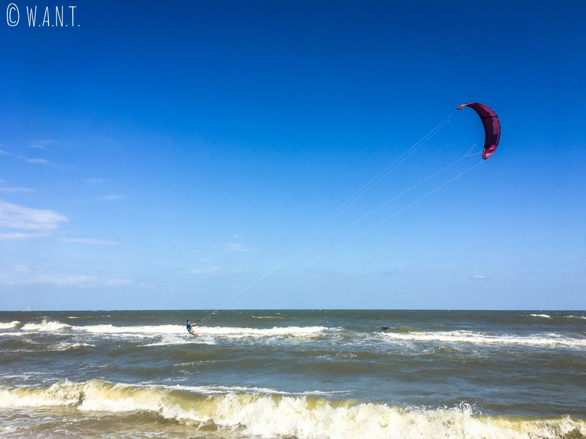 Le vent sur la plage de Hua Hin est propice au kitesurf