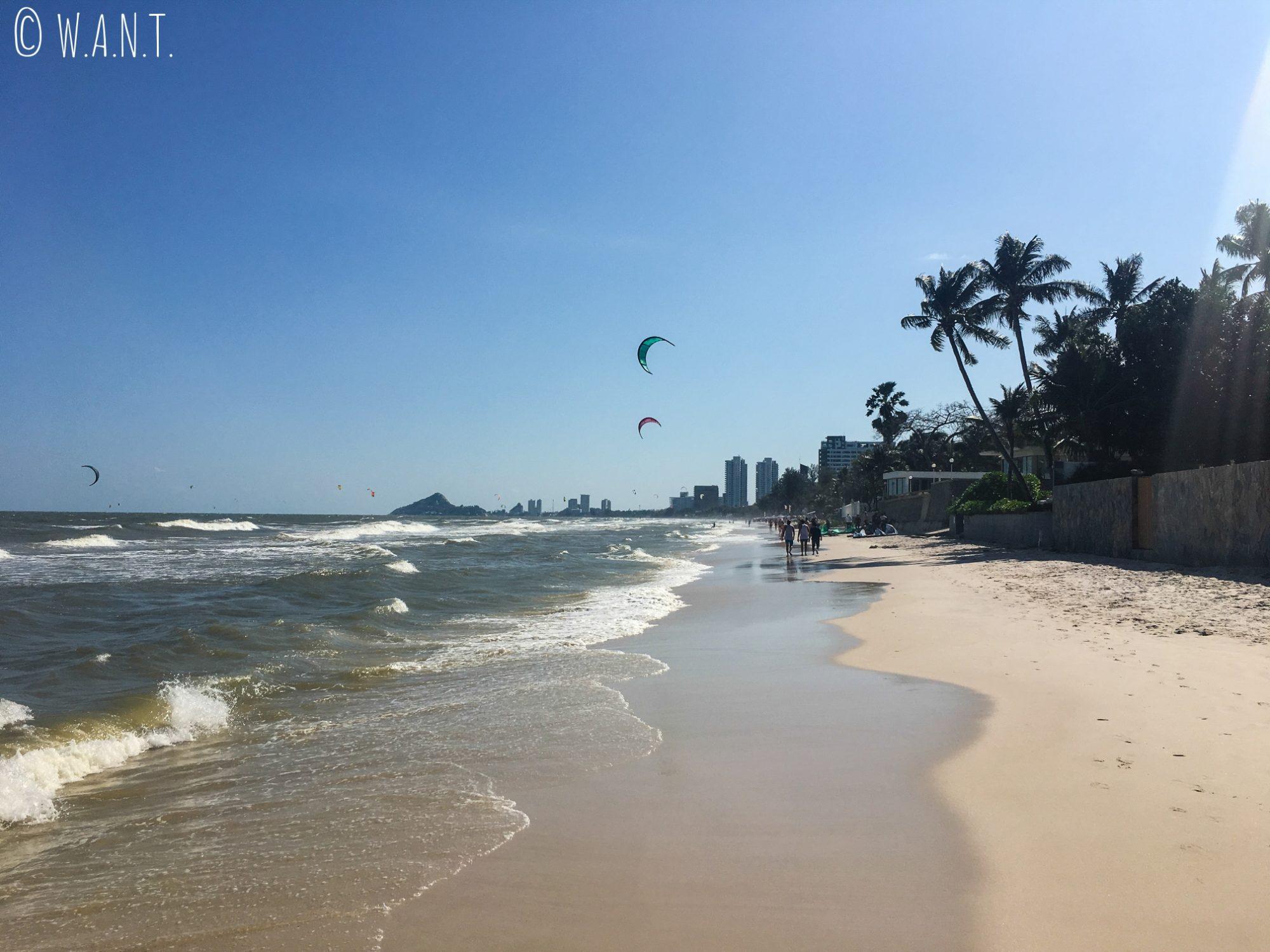 Les longues marches sont agréables en bord de mer à Hua Hin
