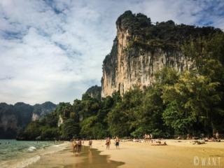 Les pics karstiques bordent la plage de Railay Beach dans la province de Krabi