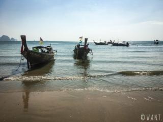 Longtail boats sur la plage de Ao Nang dans la province de Krabi