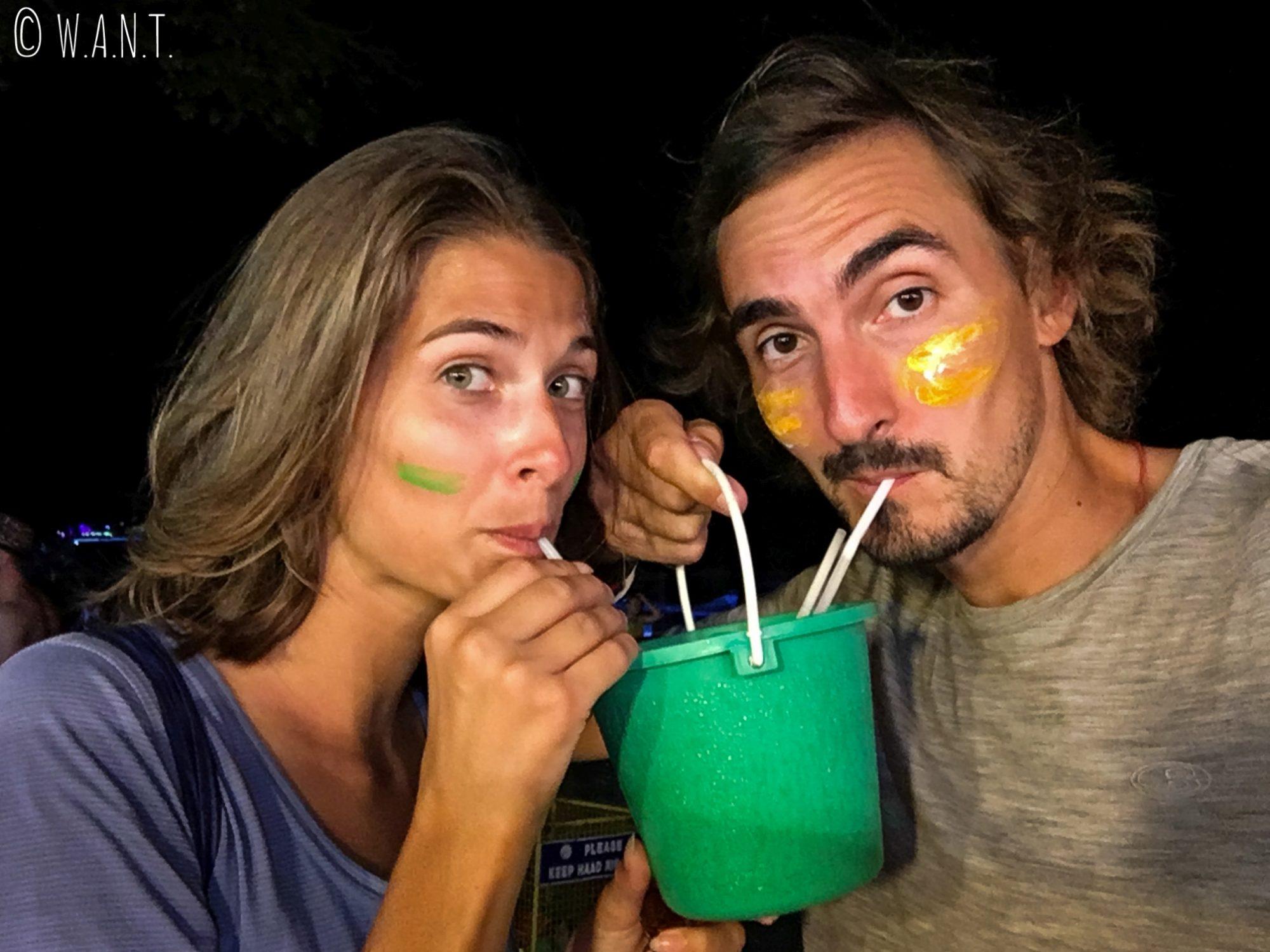Nous buvons dans des seaux à la Full Moon Party de Koh Phangan