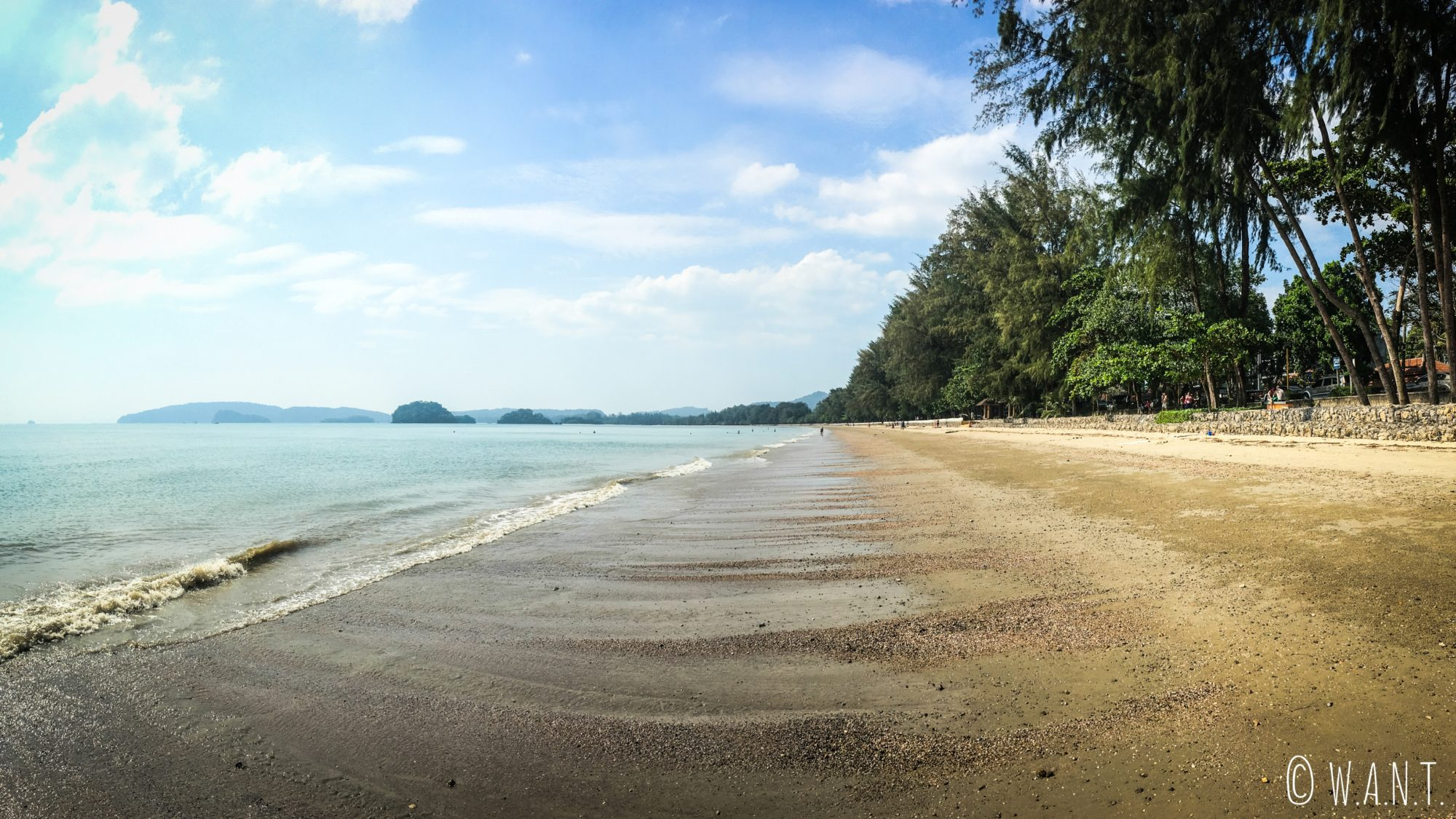 Panorama de la plage Noppharat Thara dans la province de Krabi