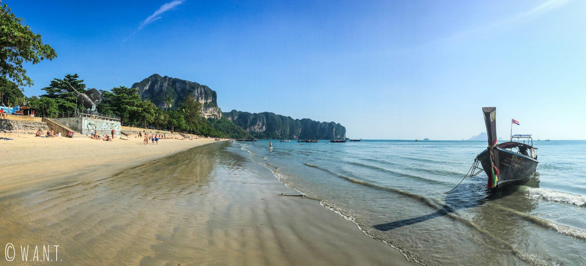 Panorama de la plage de Ao Nang dans la province de Krabi