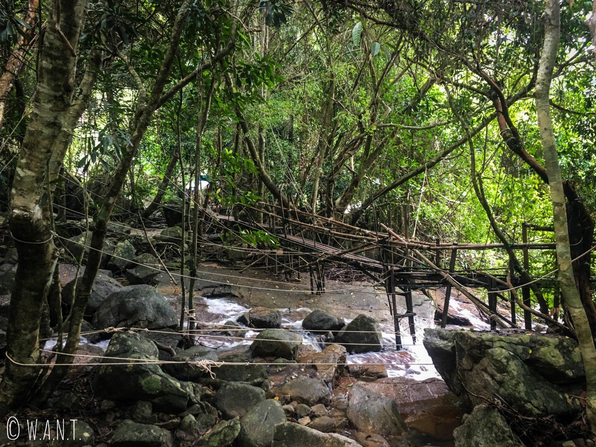 Pont en bois pour accéder aux cascades de Namuang à Koh Samui
