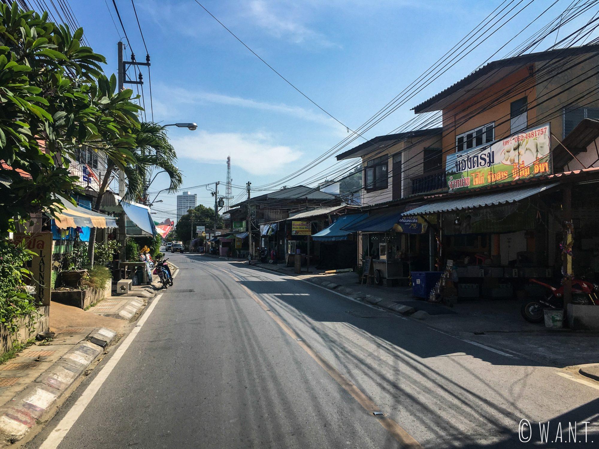 Rue déserte de la ville de Hua Hin