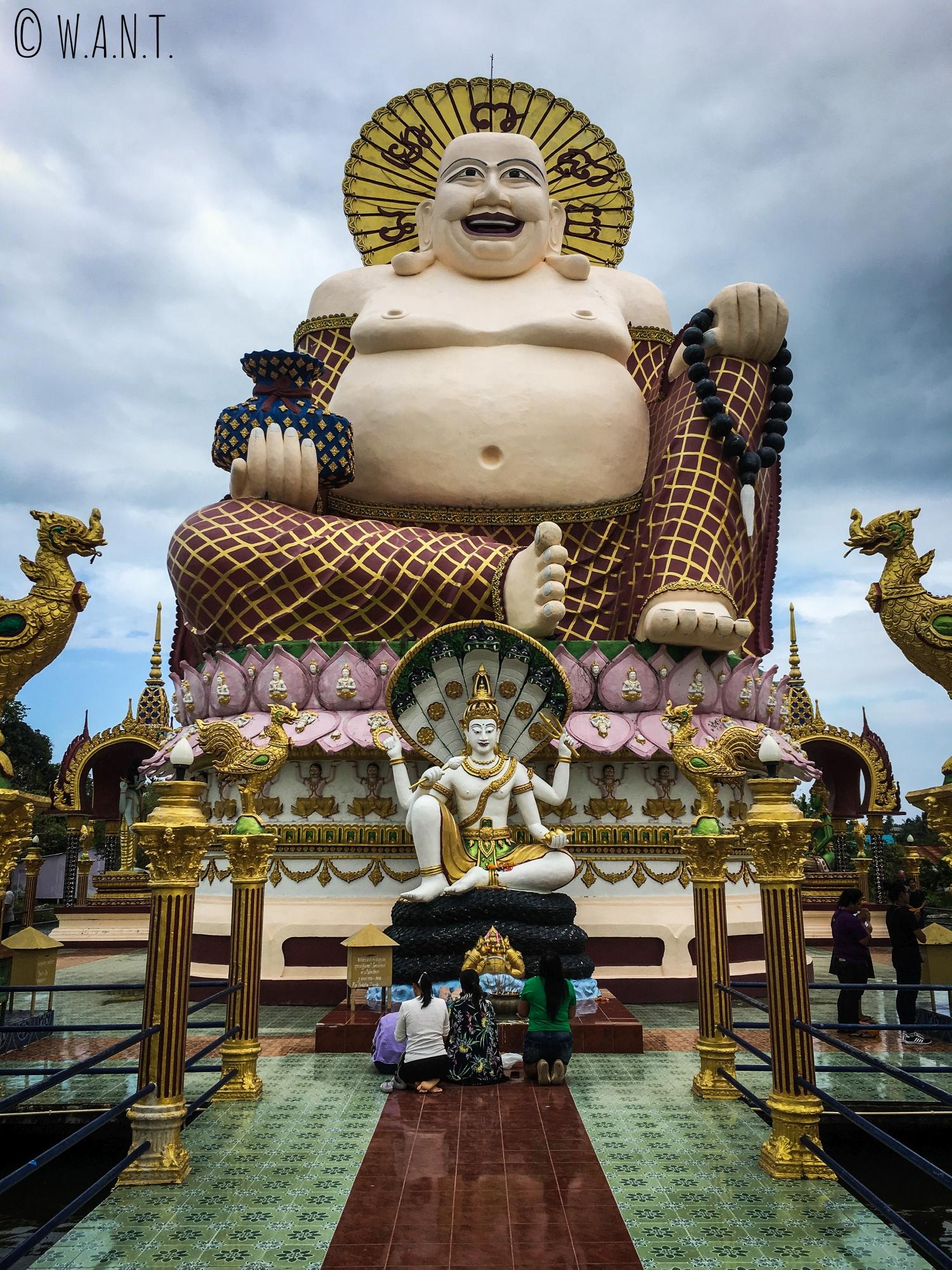 Statue géante de Bouddha rieur au Wat Plai Laem de Koh Samui