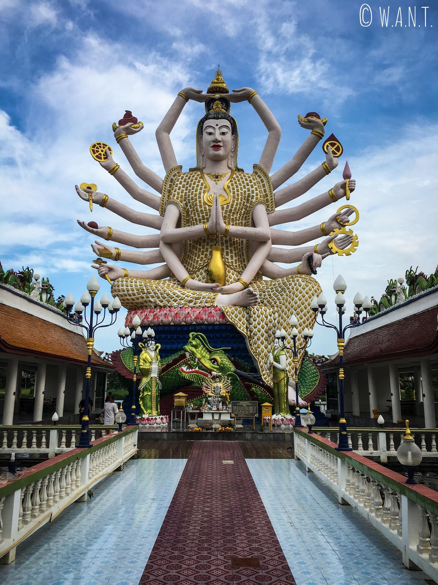 Statue géante de Guanyin au Wat Plai Laem de Koh Samui
