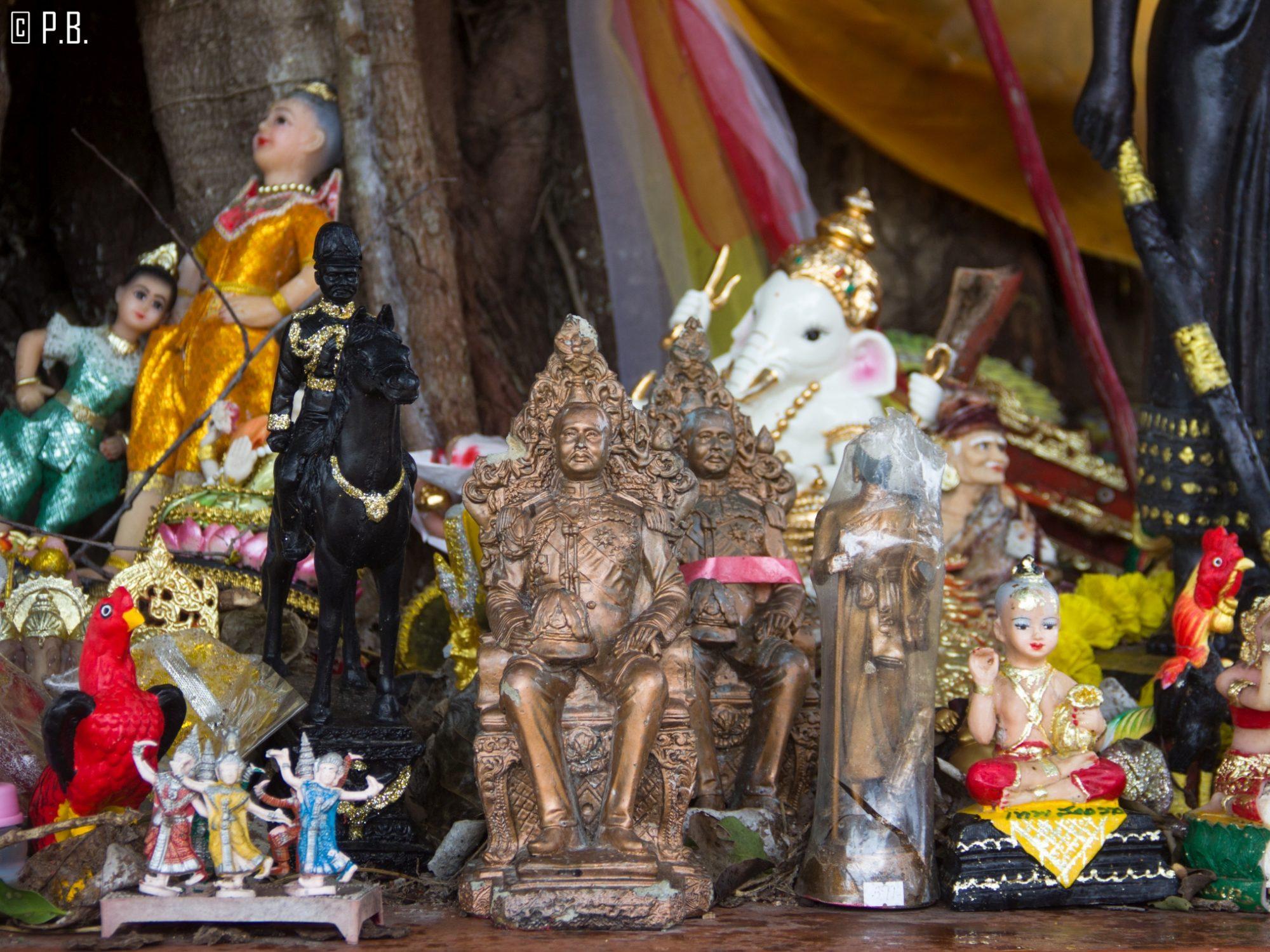 Statues miniatures au Wat Sila Ngu sur l'île de Koh Samui