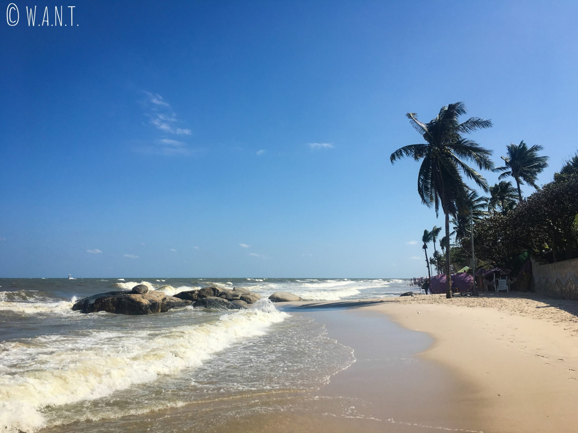 Vent et mer déchaînée sur la plage de Hua Hin
