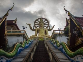 Vue en contre-plongée sur la statue de Big Bouddha à Koh Samui