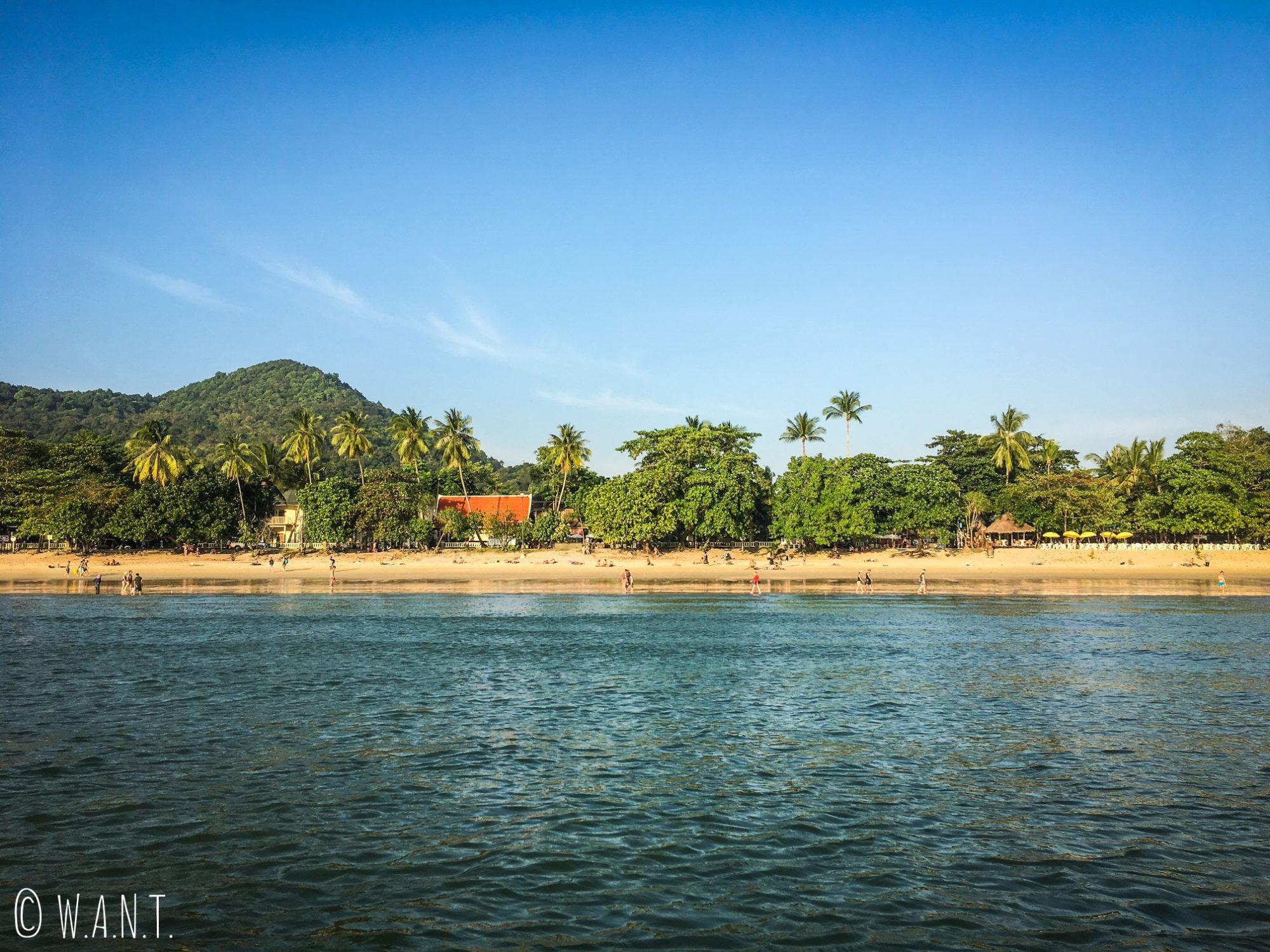 Vue sur la plage de Ao Nang depuis la mer dans la province de Krabi