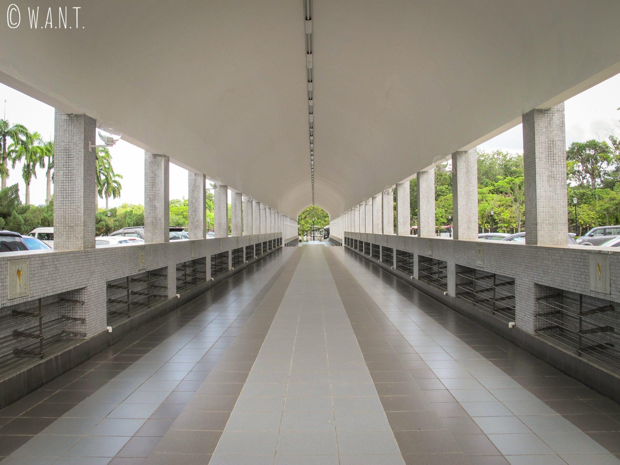 Allée d'entrée à la mosquée Masjid Jame'Asr Hassanil Bolkiah de Bandar Seri Begawan