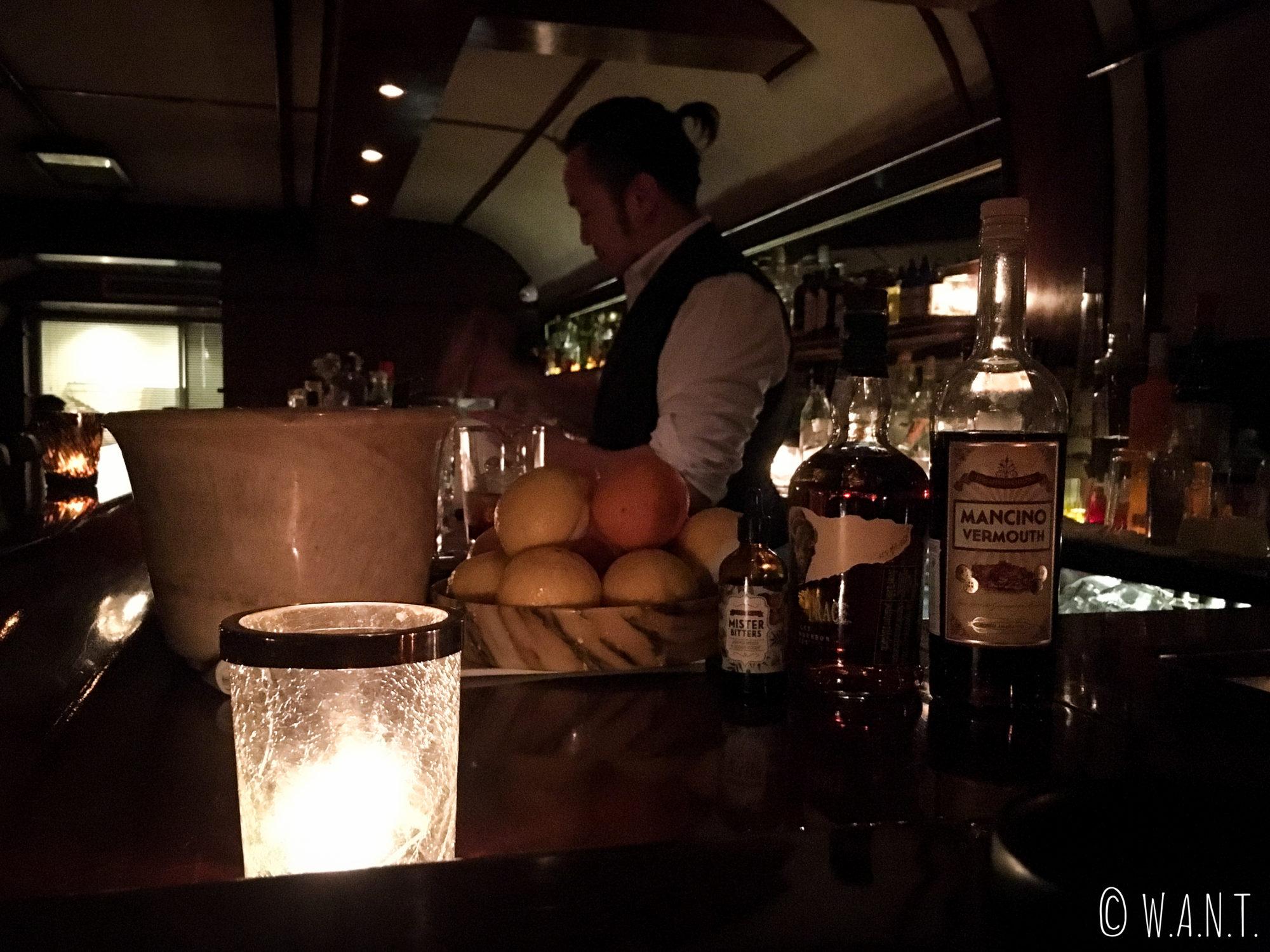 Barman du Vesper à Bangkok