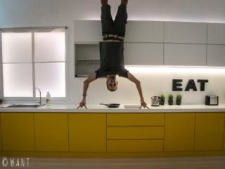Benjamin fait ses pompes dans la cuisine de l'Upside Down Museum de Kuching