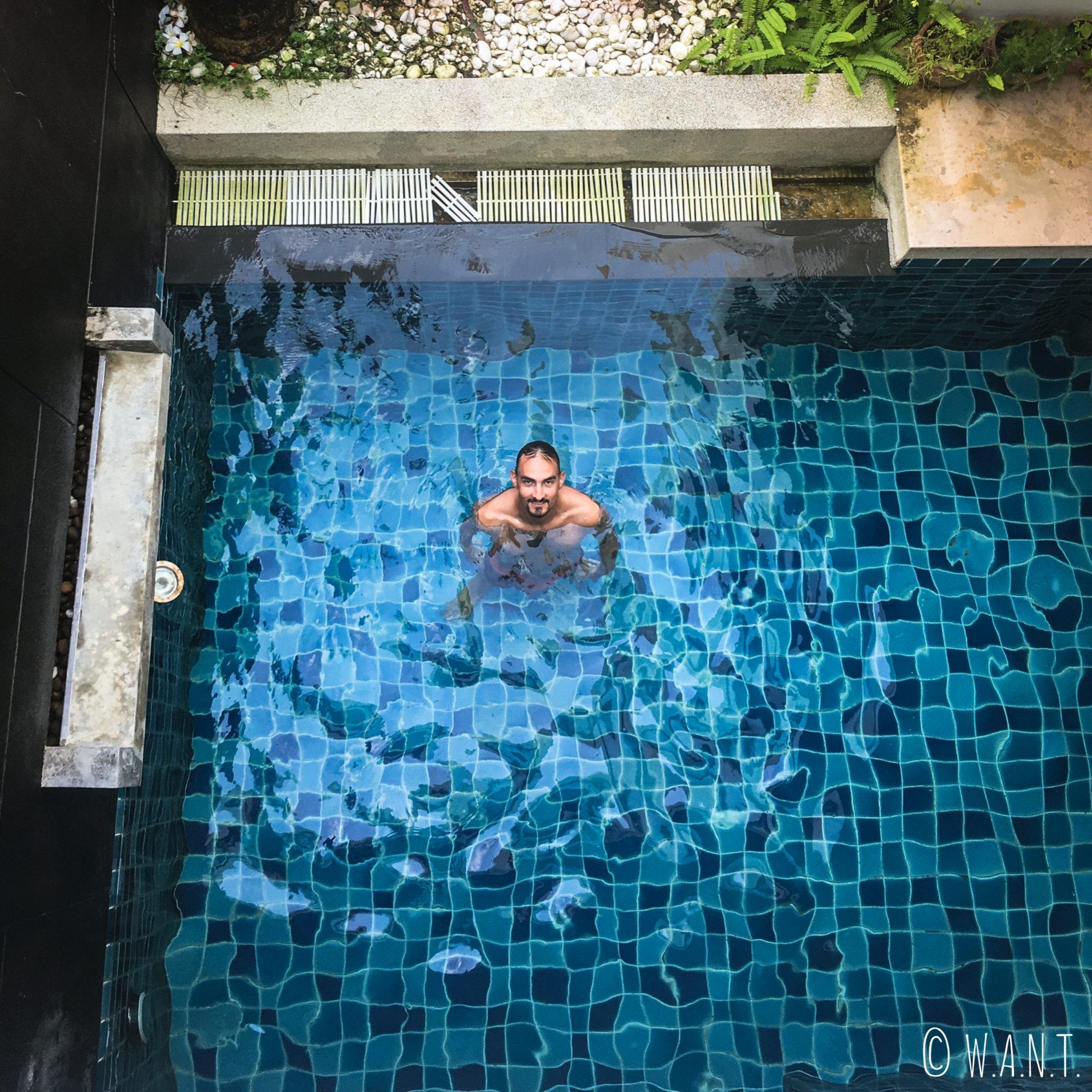 Benjamin profite de la piscine de notre villa à Phuket