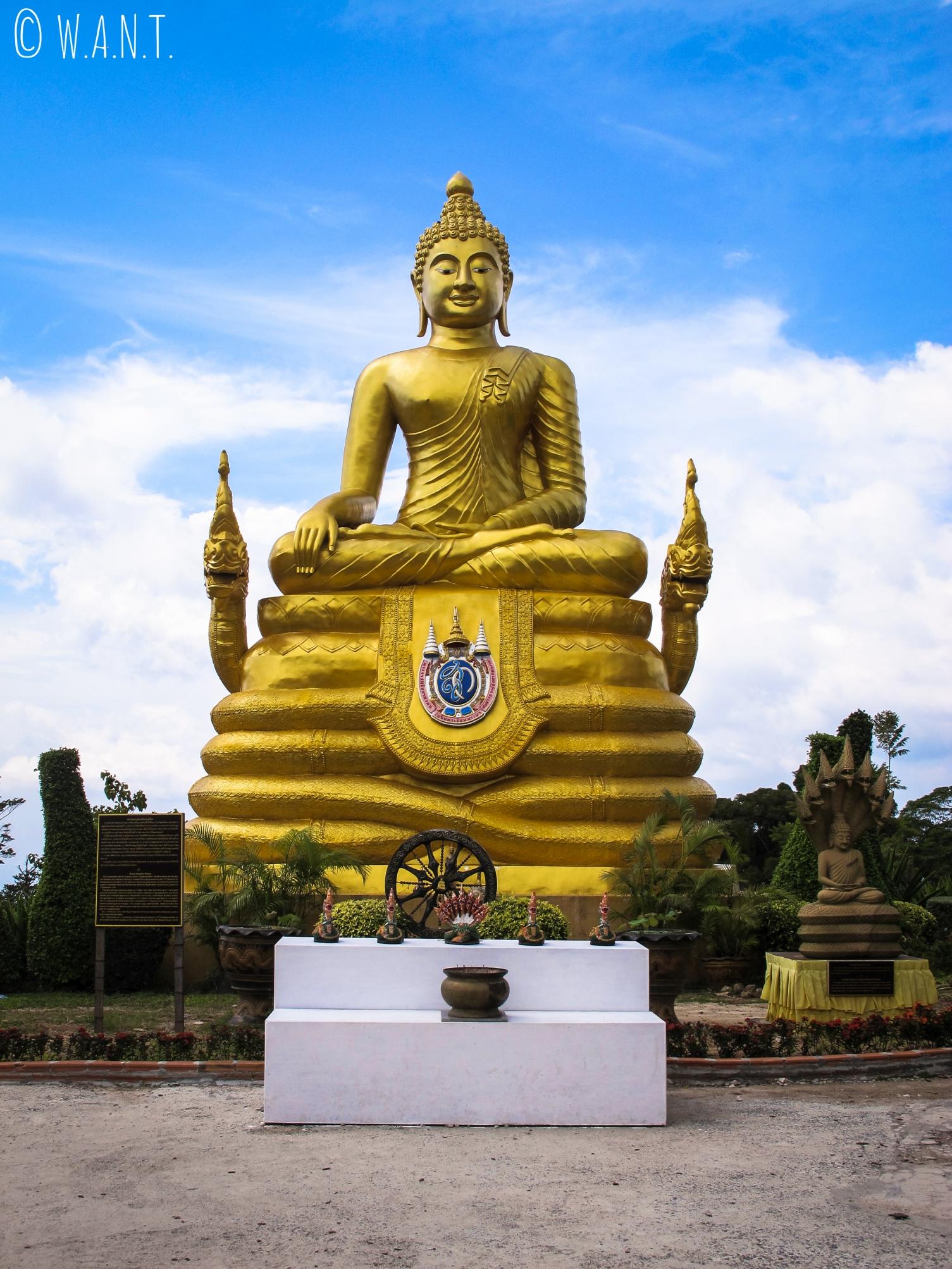 Bouddha doré dédié à la reine Sirikit à Phuket