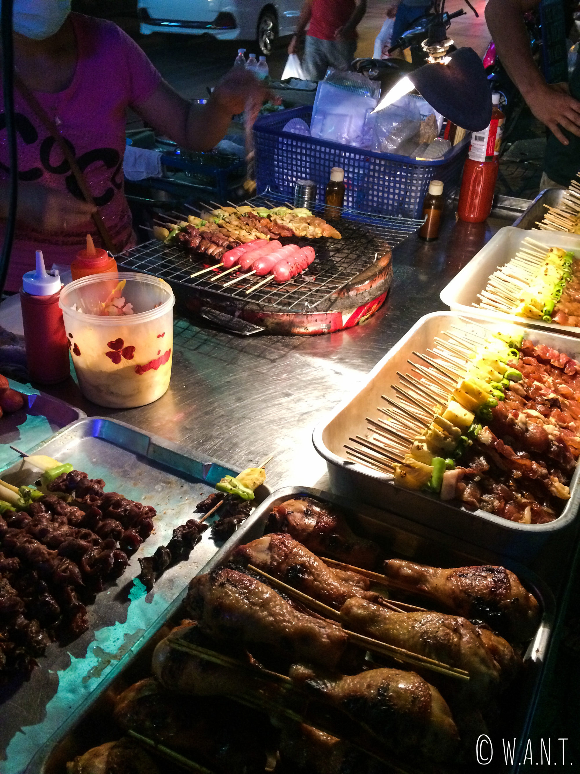 Brochettes vendues dans les rues de Bangkok