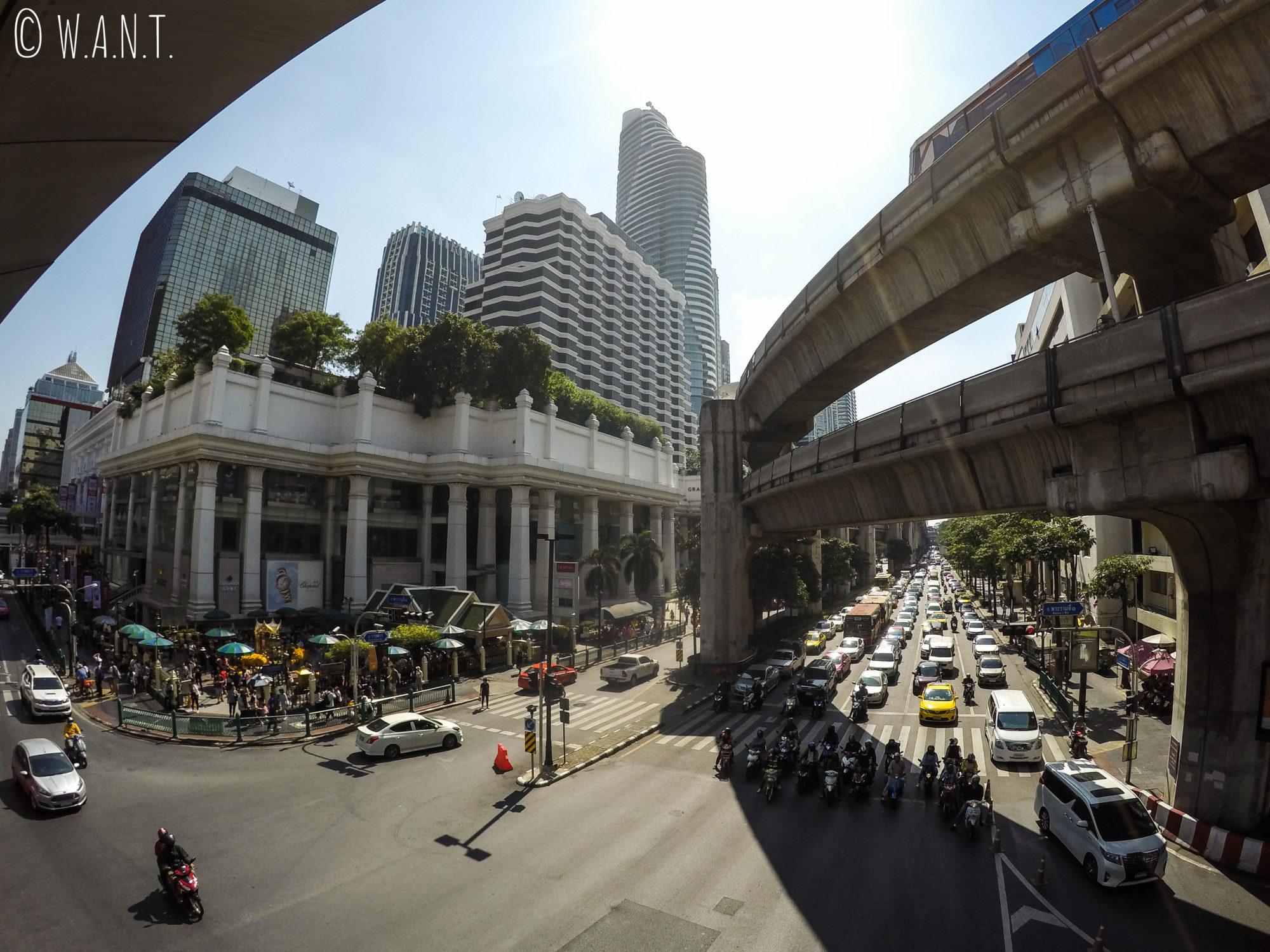 Buildings, BTS, trafic et temple Erawan à Bangkok
