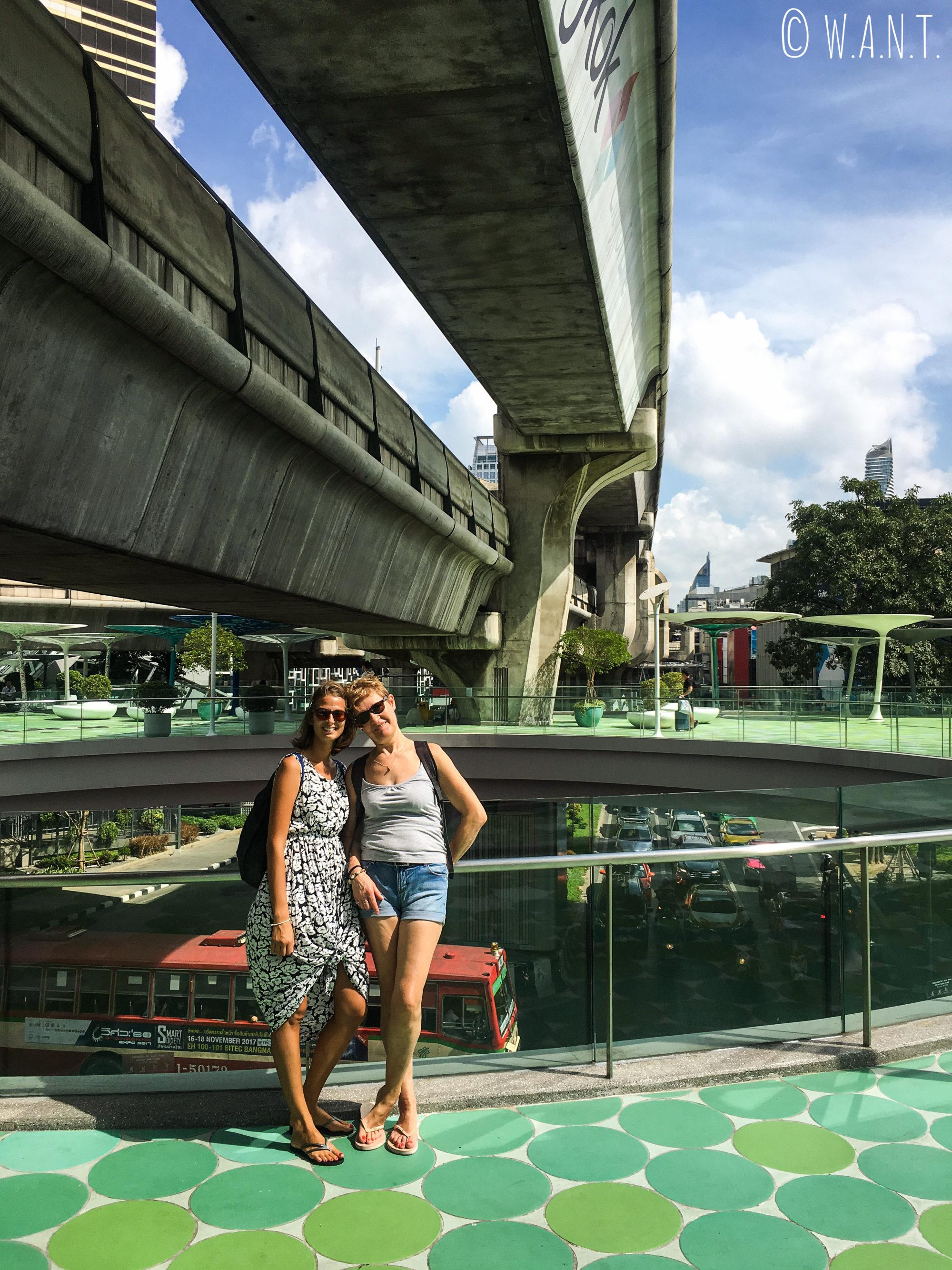 Colette et Marion sur la plateforme du MBK à Bangkok