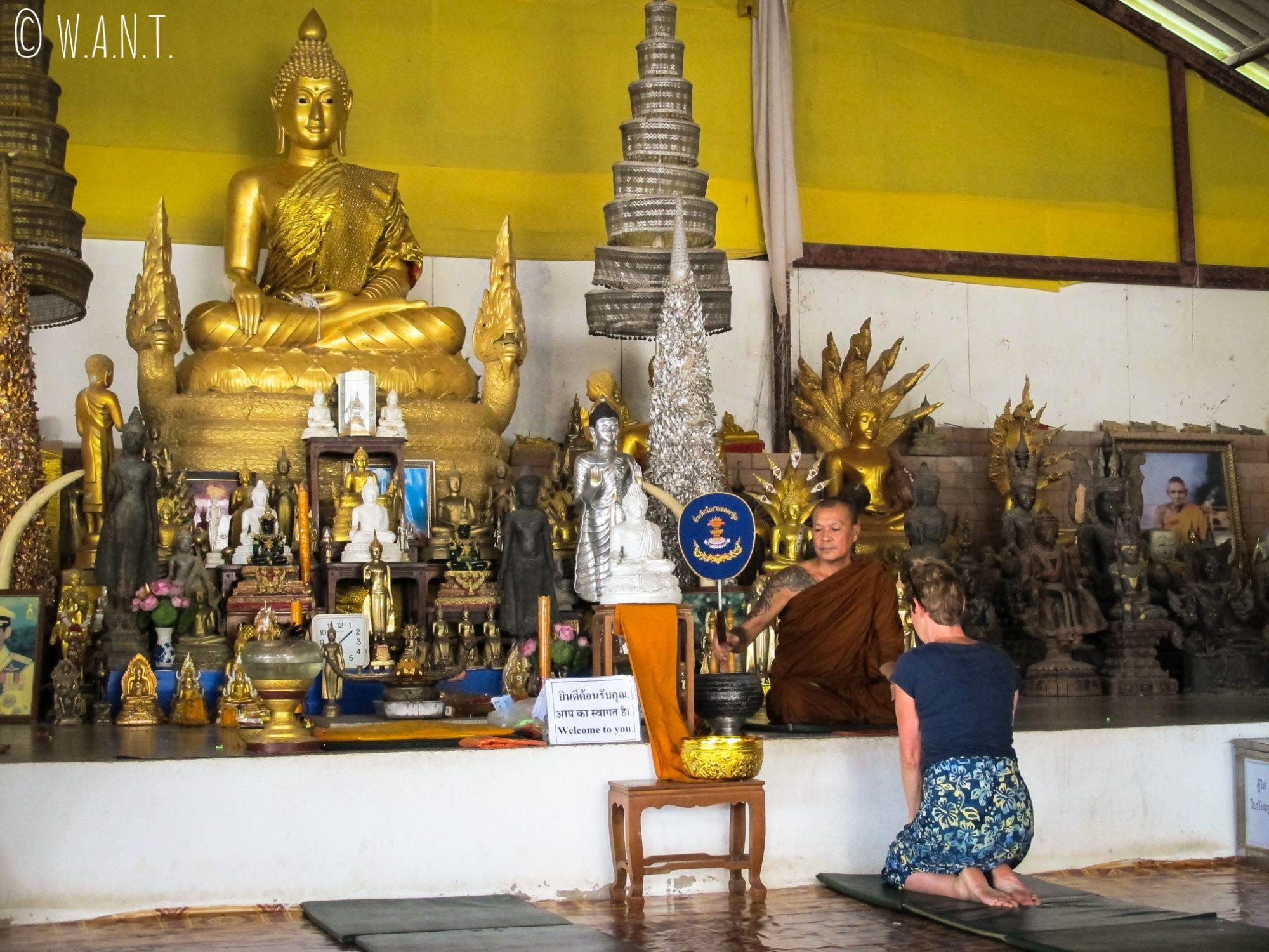 Colette se fait bénir par un moine au temple du Big Bouddha de Phuket