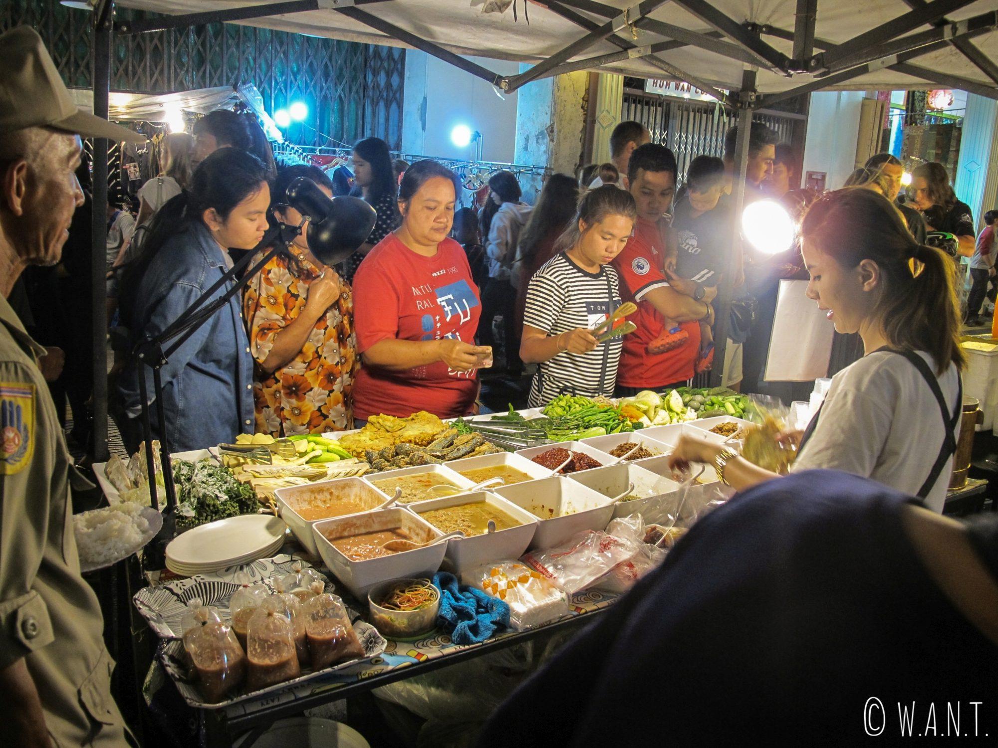 Effervescence sur le night market du vieux Phuket