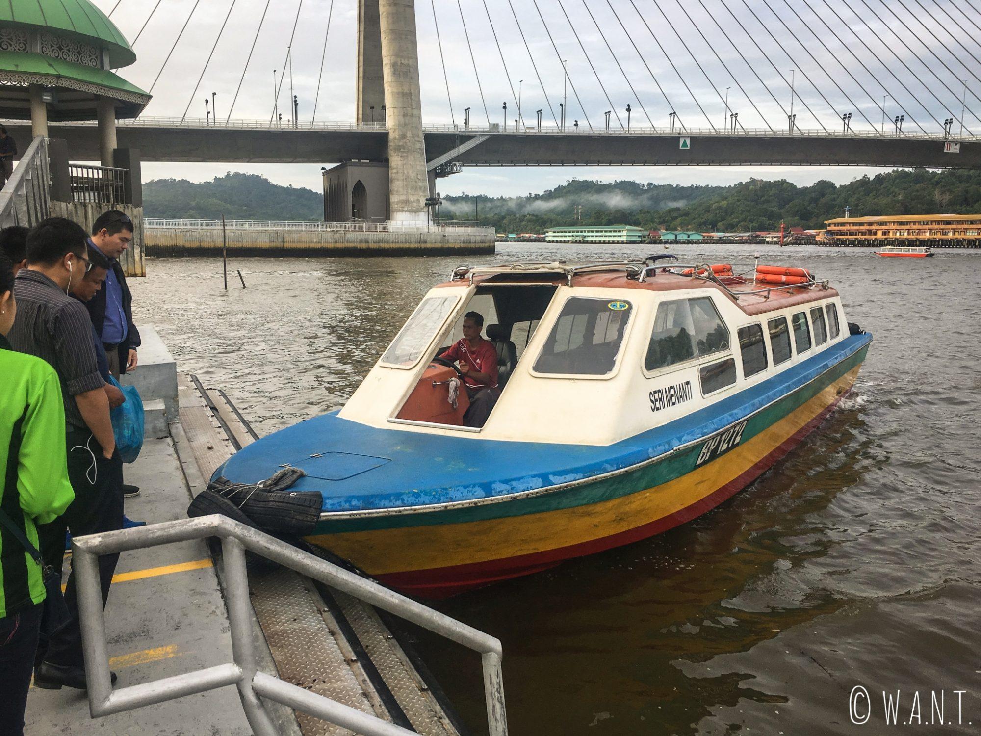 Ferry public pour rejoindre la ville de Bangar au Brunei