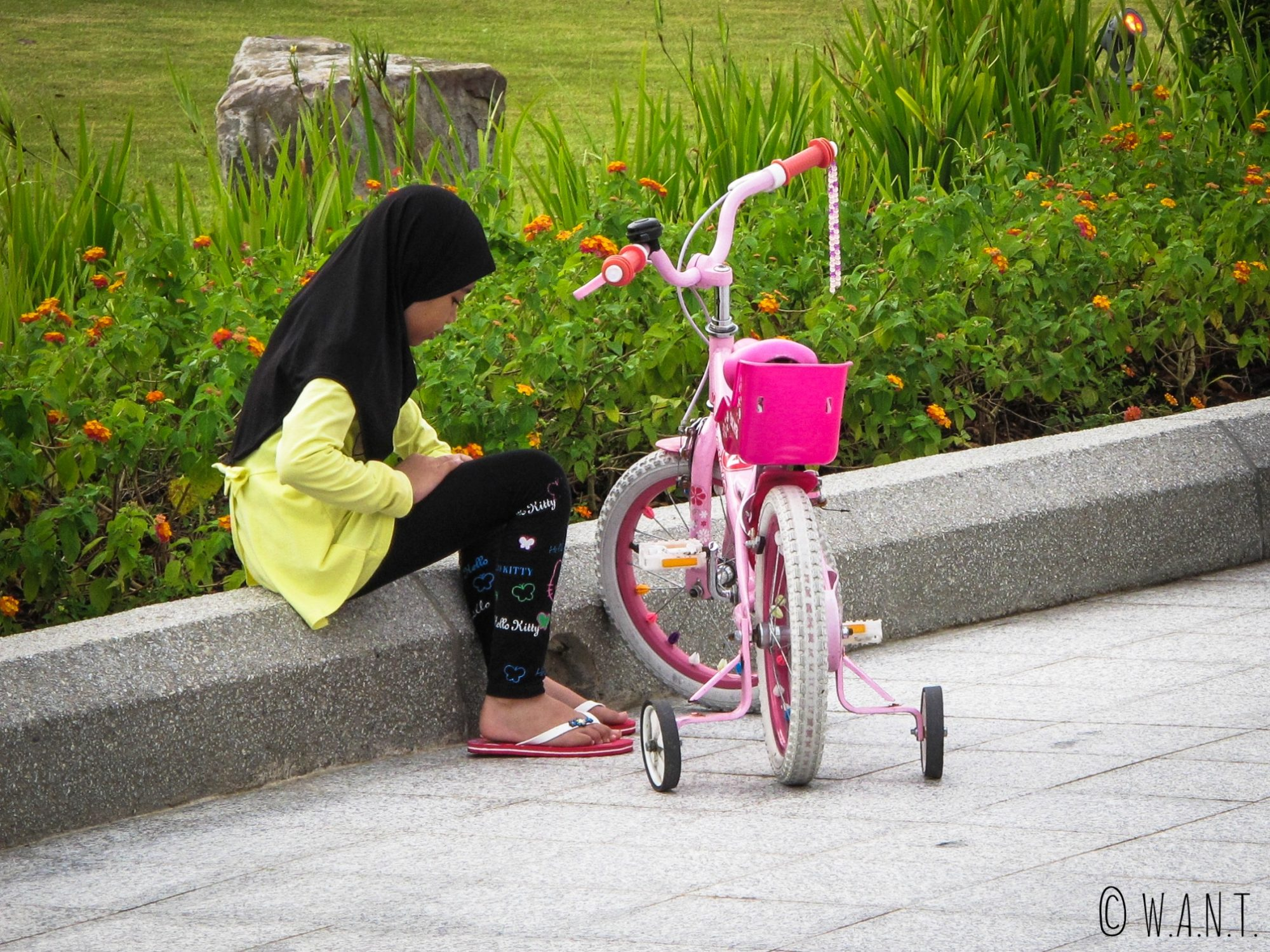 Filette et son vélo dans le parc Taman Mahkota Jubli Emas de Bandar Seri Begawan