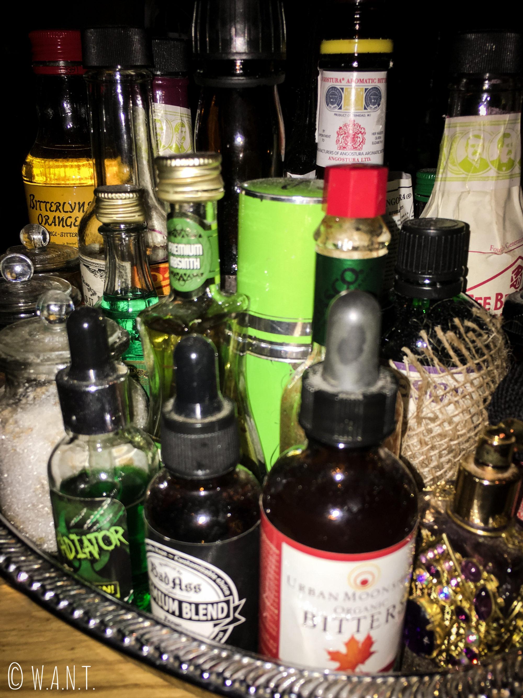 Fioles à cocktails au bar Vesper de Bangkok