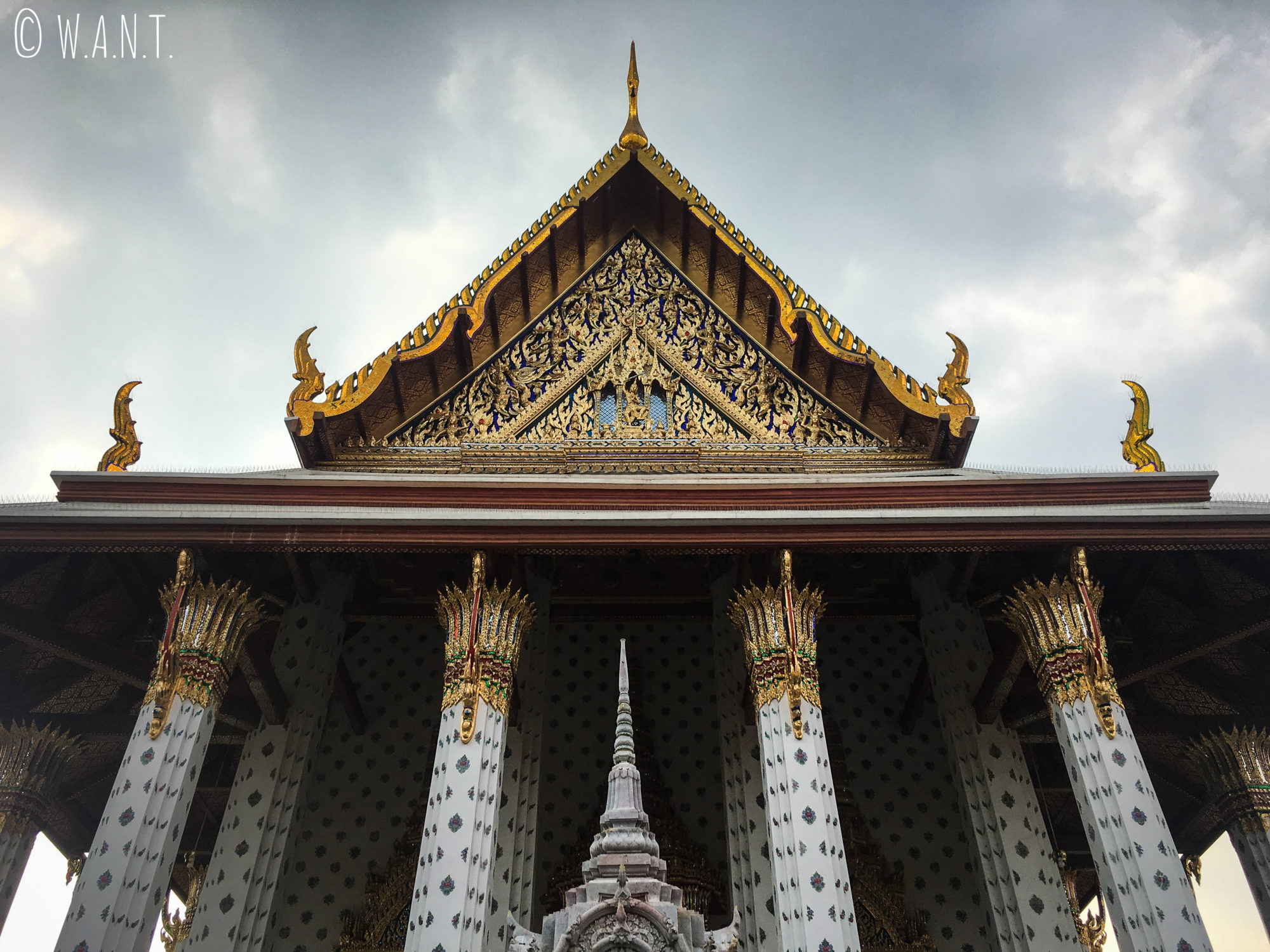 Fronton du temple situé à côté du Wat Arun de Bangkok